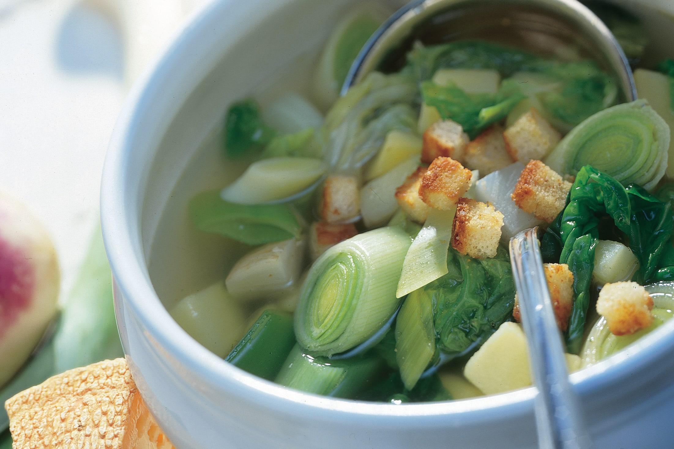 Soupe au chou et aux poireaux avec croûtons