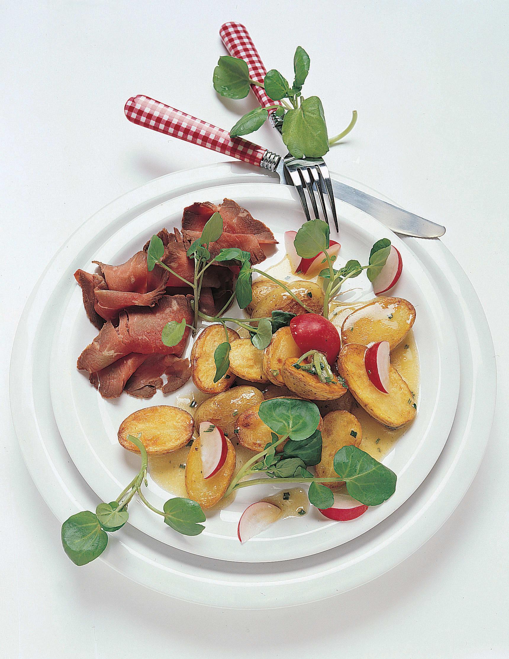 Lauwarmer Bratkartoffelsalat mit Roastbeef