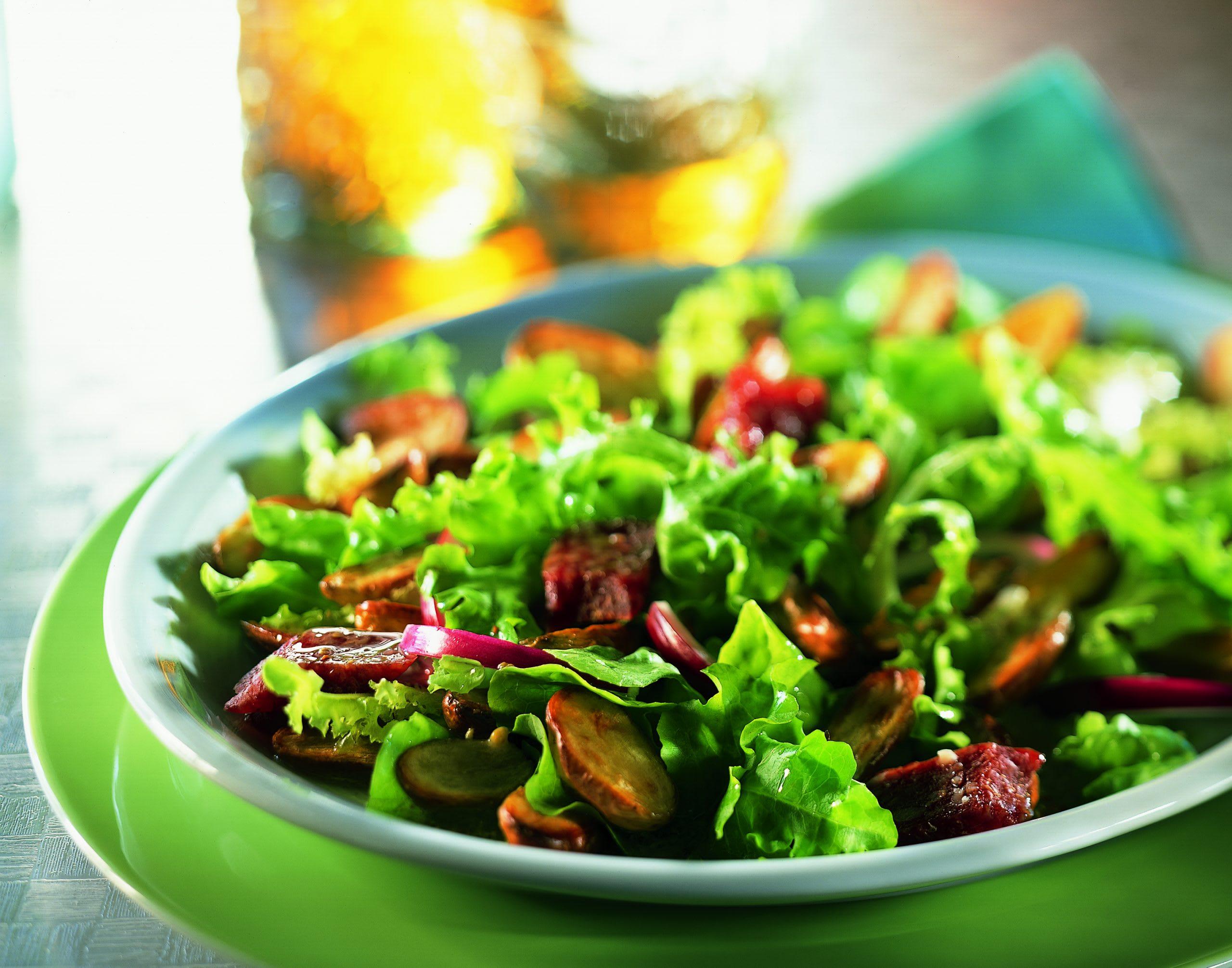 Lauwarmer grüner Salat mit Blechkartoffeln