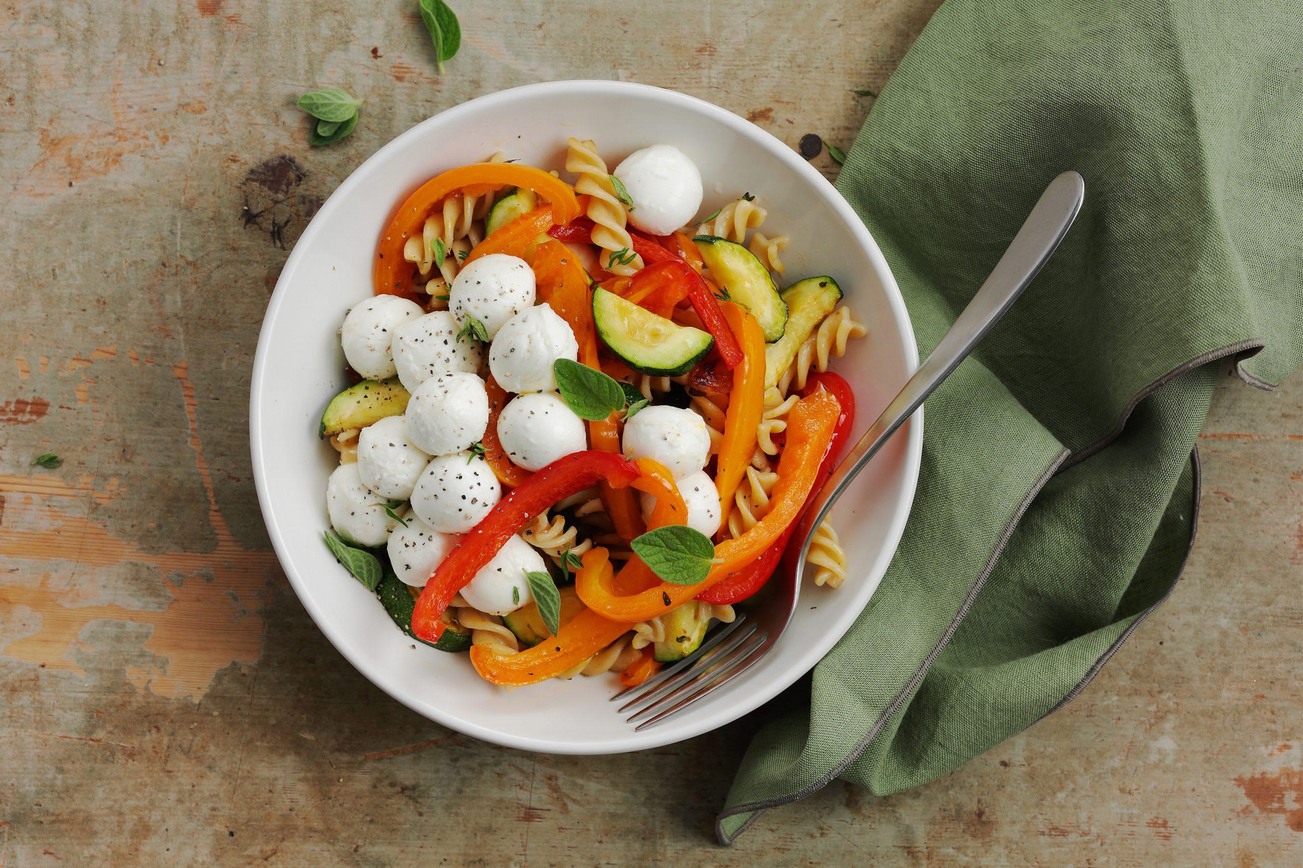 Lauwarmes Sommergemüse mit Mozzarella und Teigwaren (Low Carb)
