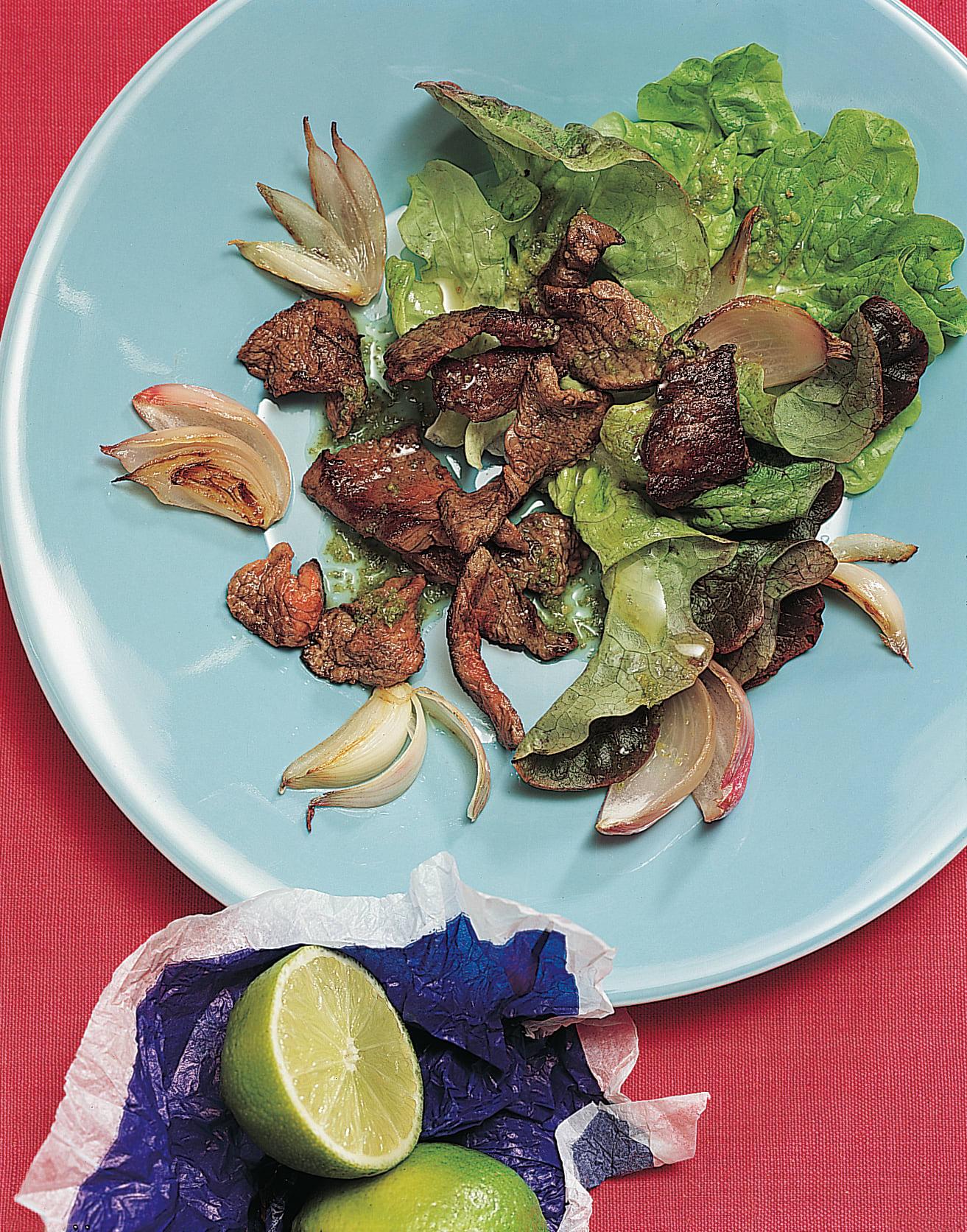 Limetten-Rindsgeschnetzeltes auf Salat