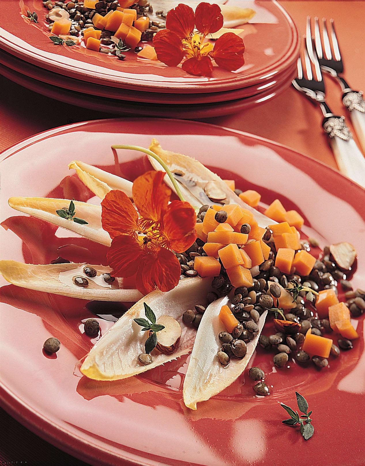 Linsen-Rüebli-Salat auf Chicorée