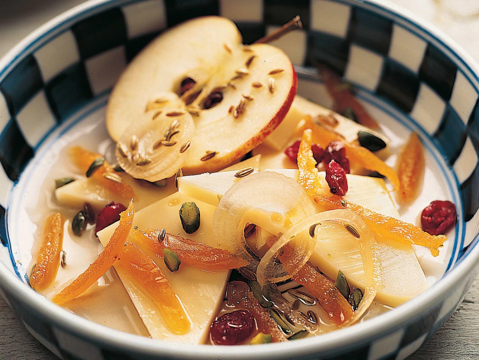 Marinierter Käse mit Früchten und Nüssen