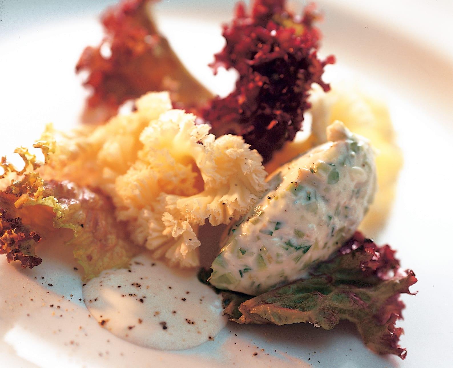 Mousse de mascarpone et rosettes de Tête-de-Moine sur un lit de salade