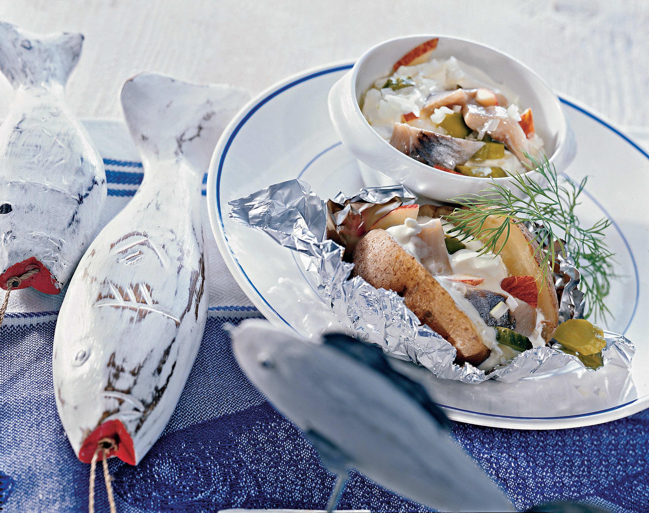Matjes an Crème-fraîche-sauce in Folienkartoffeln