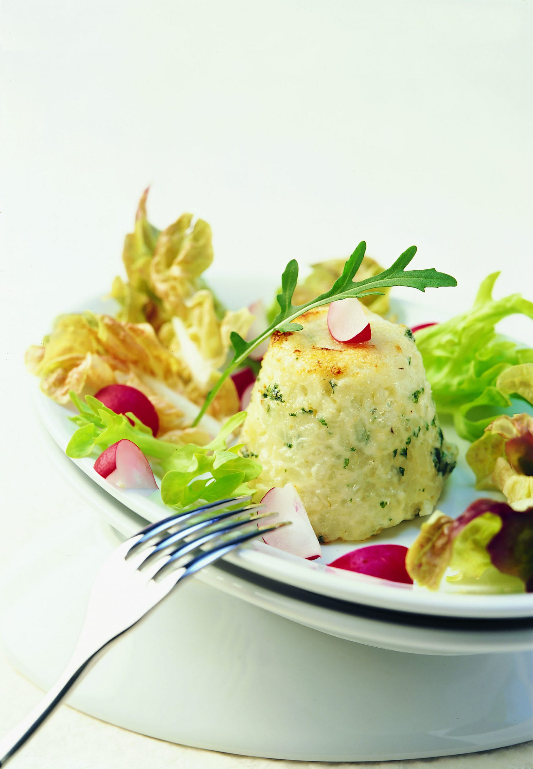 Milchreisköpfchen auf Salat