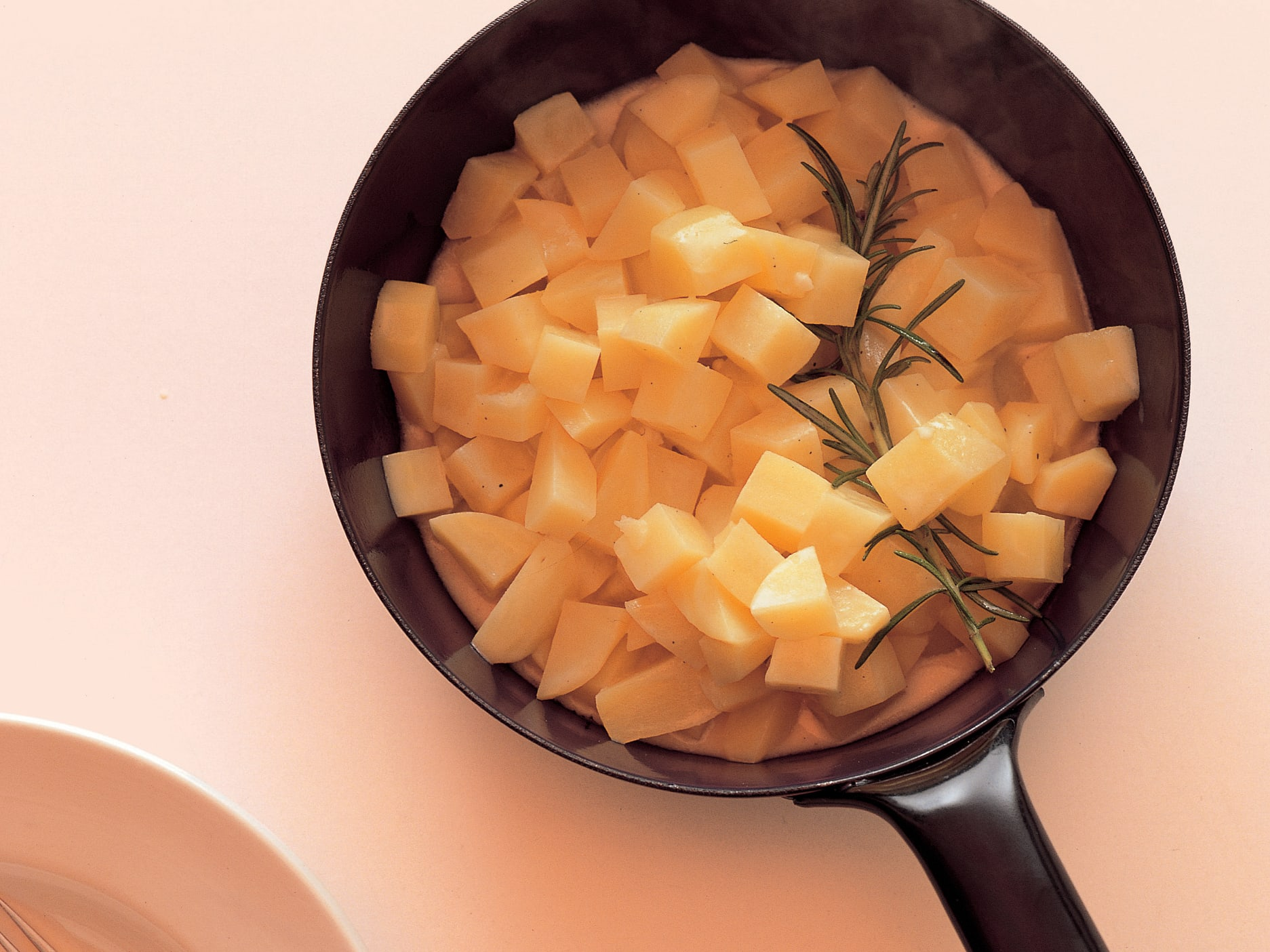 Pommes de terre au jus de pomme et au romarin