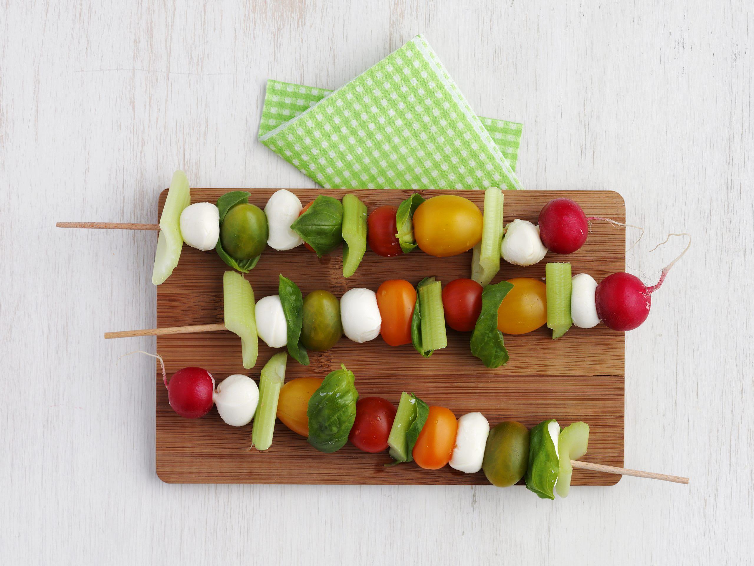 Brochettes de légumes et de mozzarella
