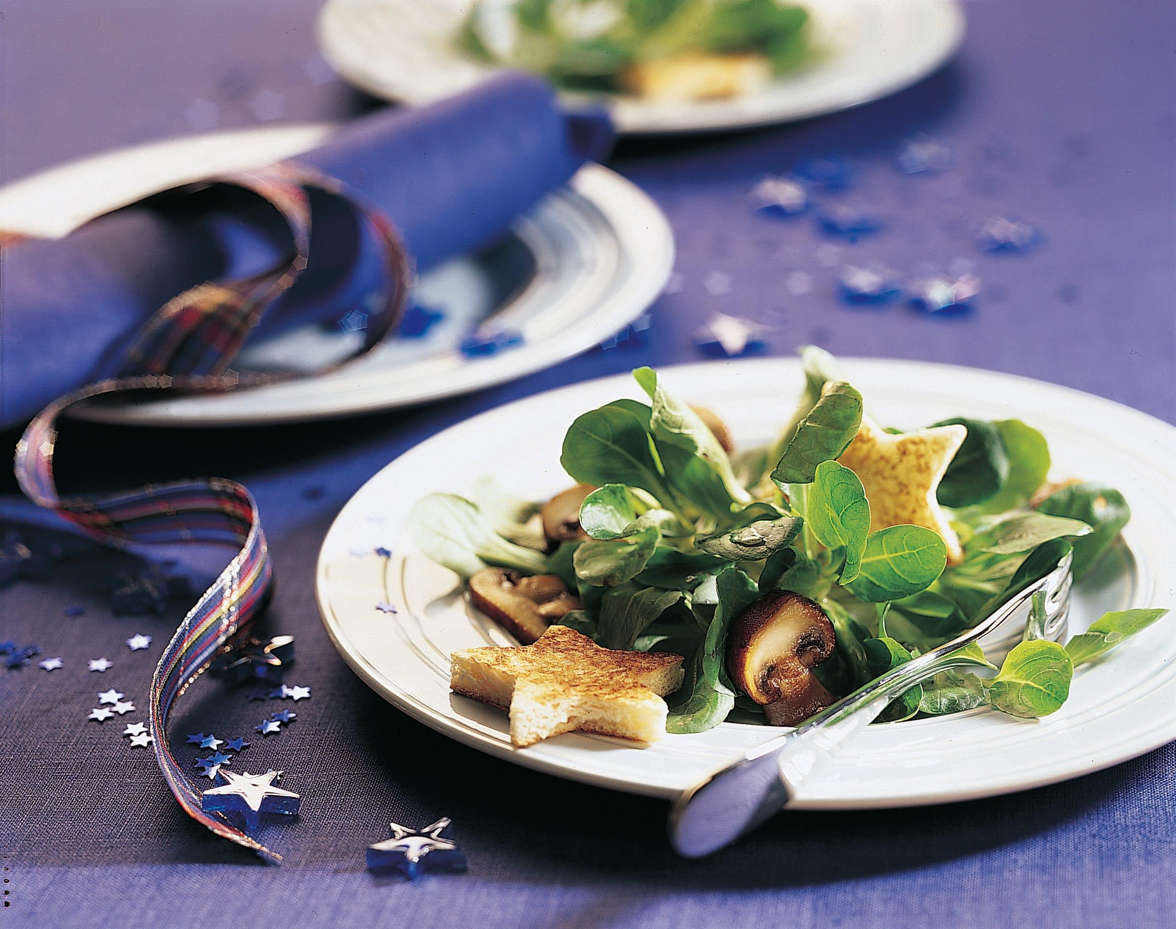 Nüsslisalat mit getrüffelten Champignons und Brotsternen