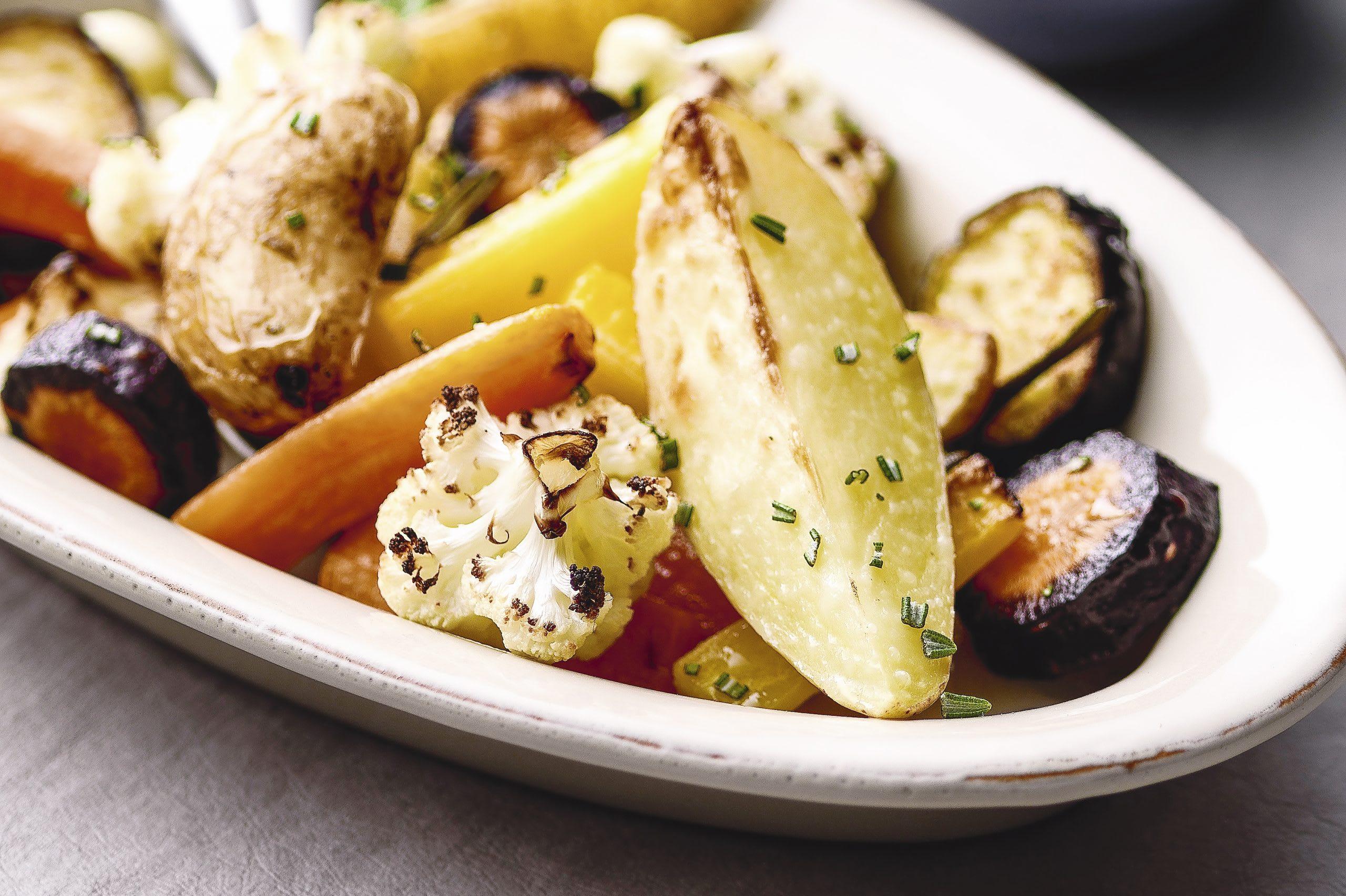 Ofengemüse mit Kartoffelschnitzen und Eier-Kräuter-Quark
