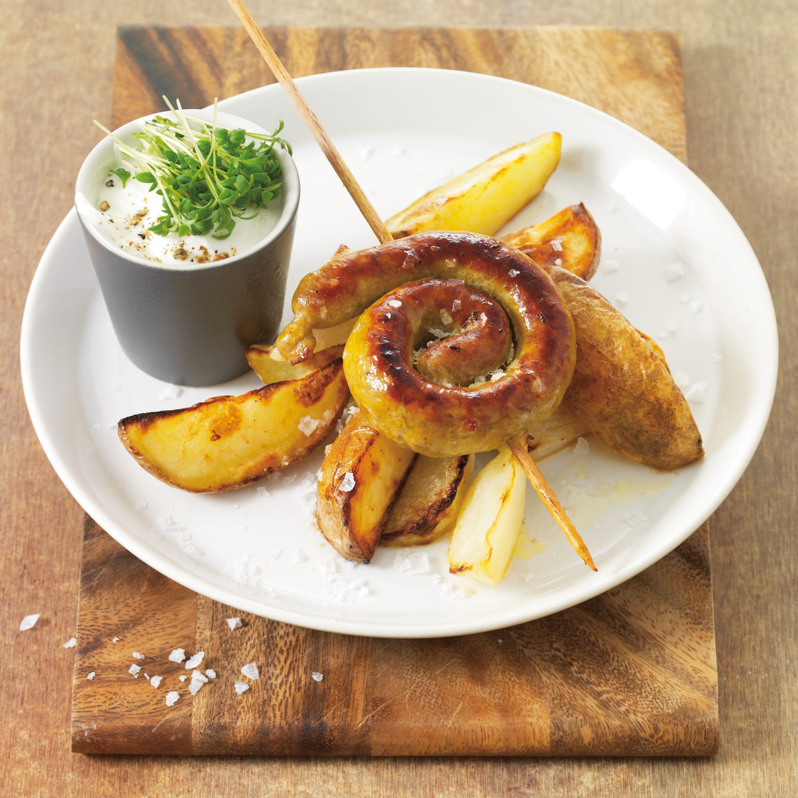 Bratwurstschnecke mit Kohlrabi- und Kartoffelschnitzen