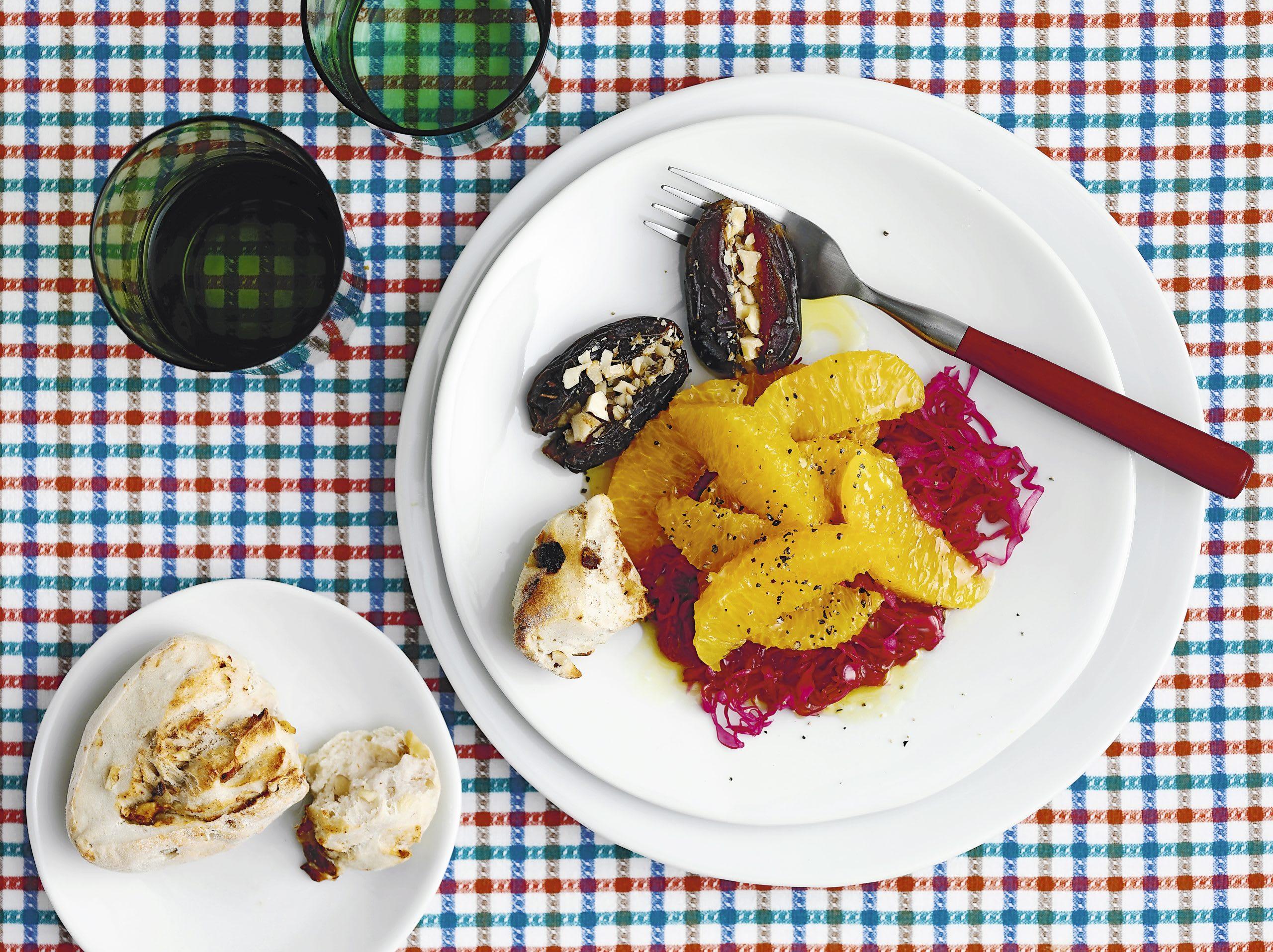 Orangen-Kraut-Salat mit Dattel-Nuss-Brötchen