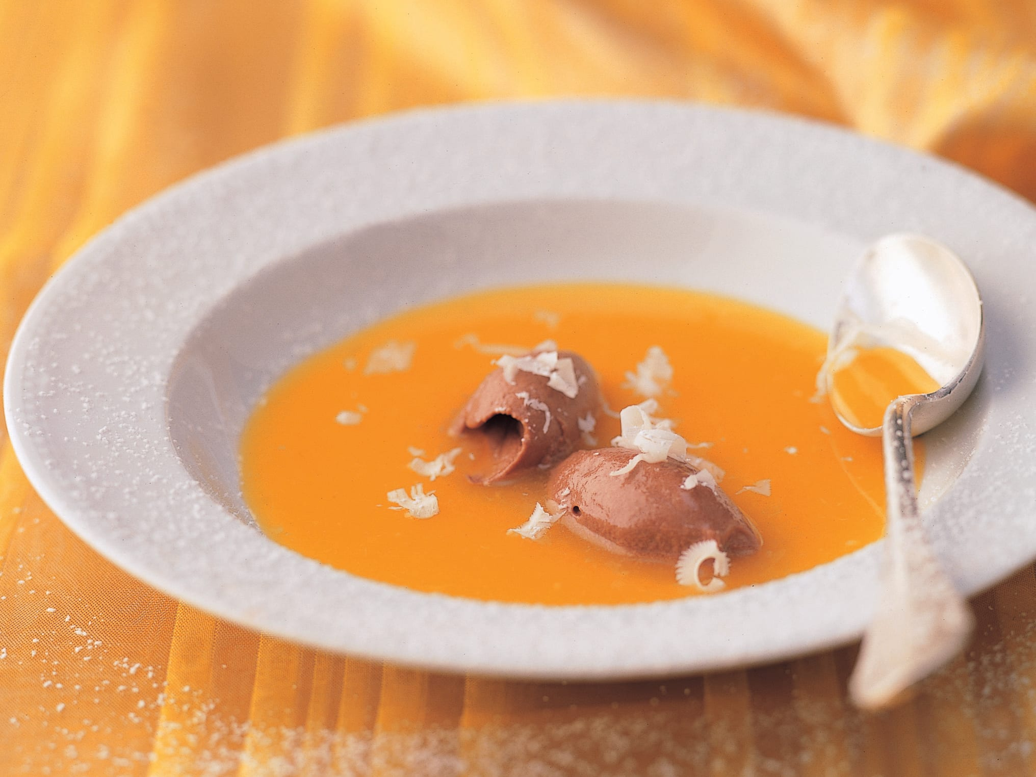 Soupe à l'orange garnie de mousse au chocolat