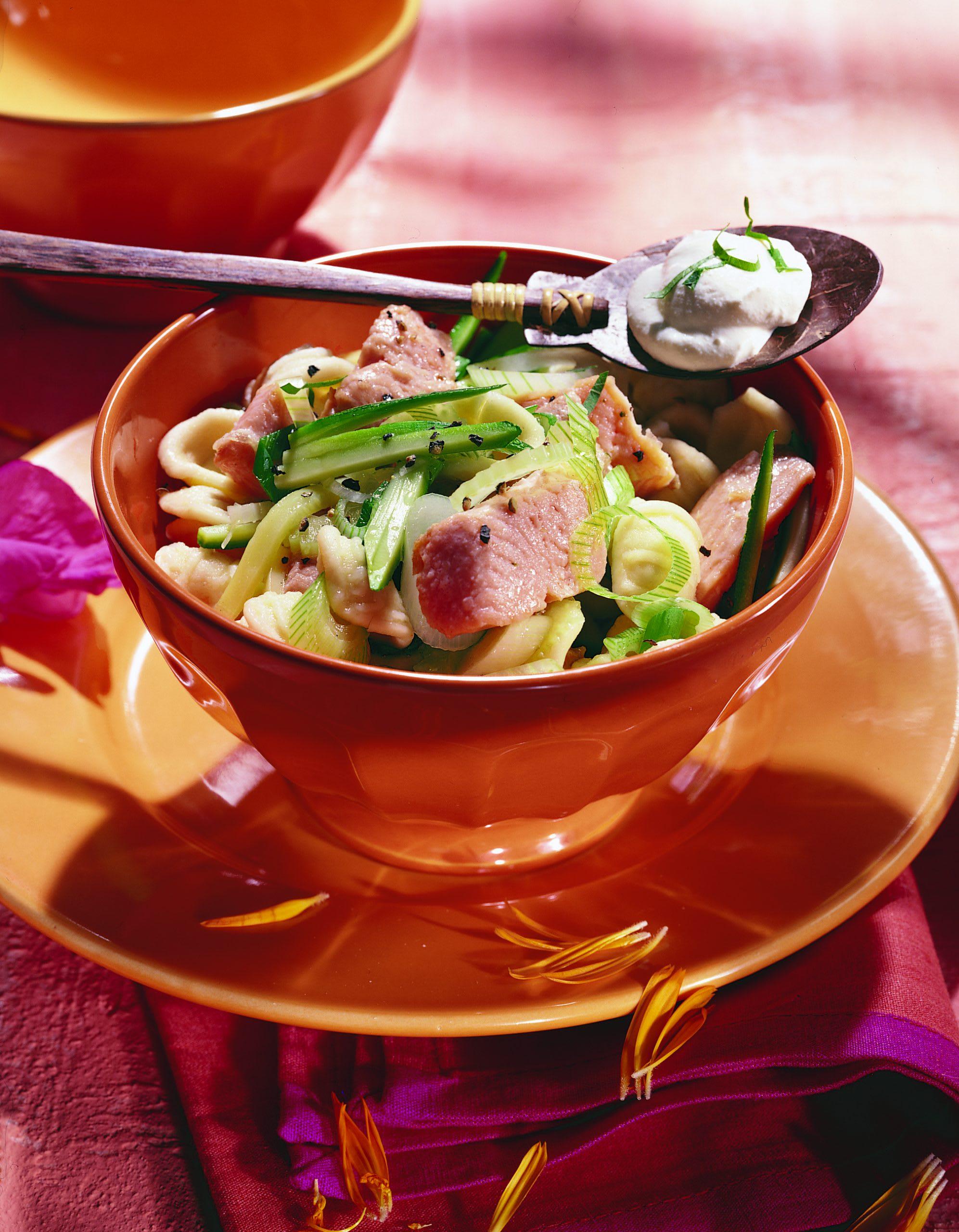 Salade de coquillettes aux legumes et à la truite saumonée