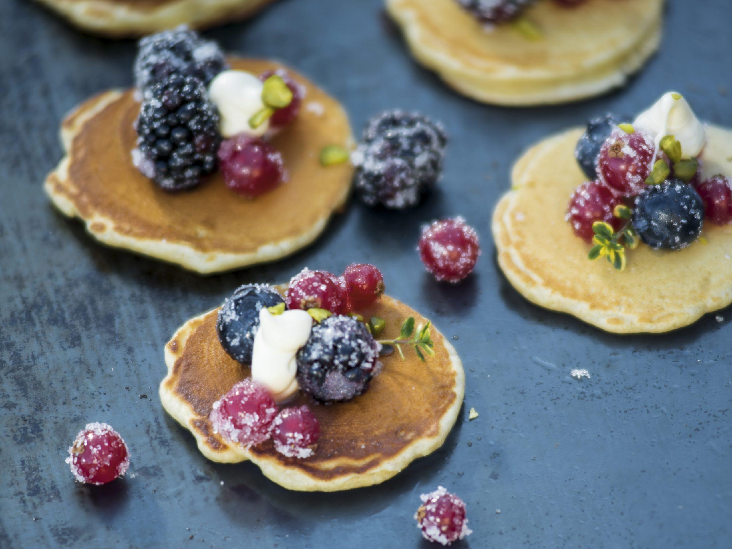 Pancakes mit Früchten vom Grill