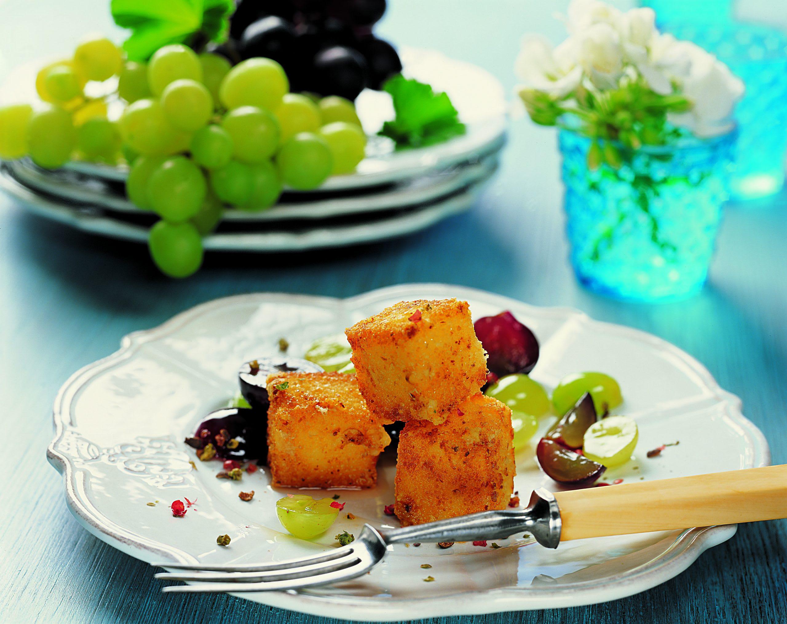 Panierte Käsestückchen mit Traubensalat
