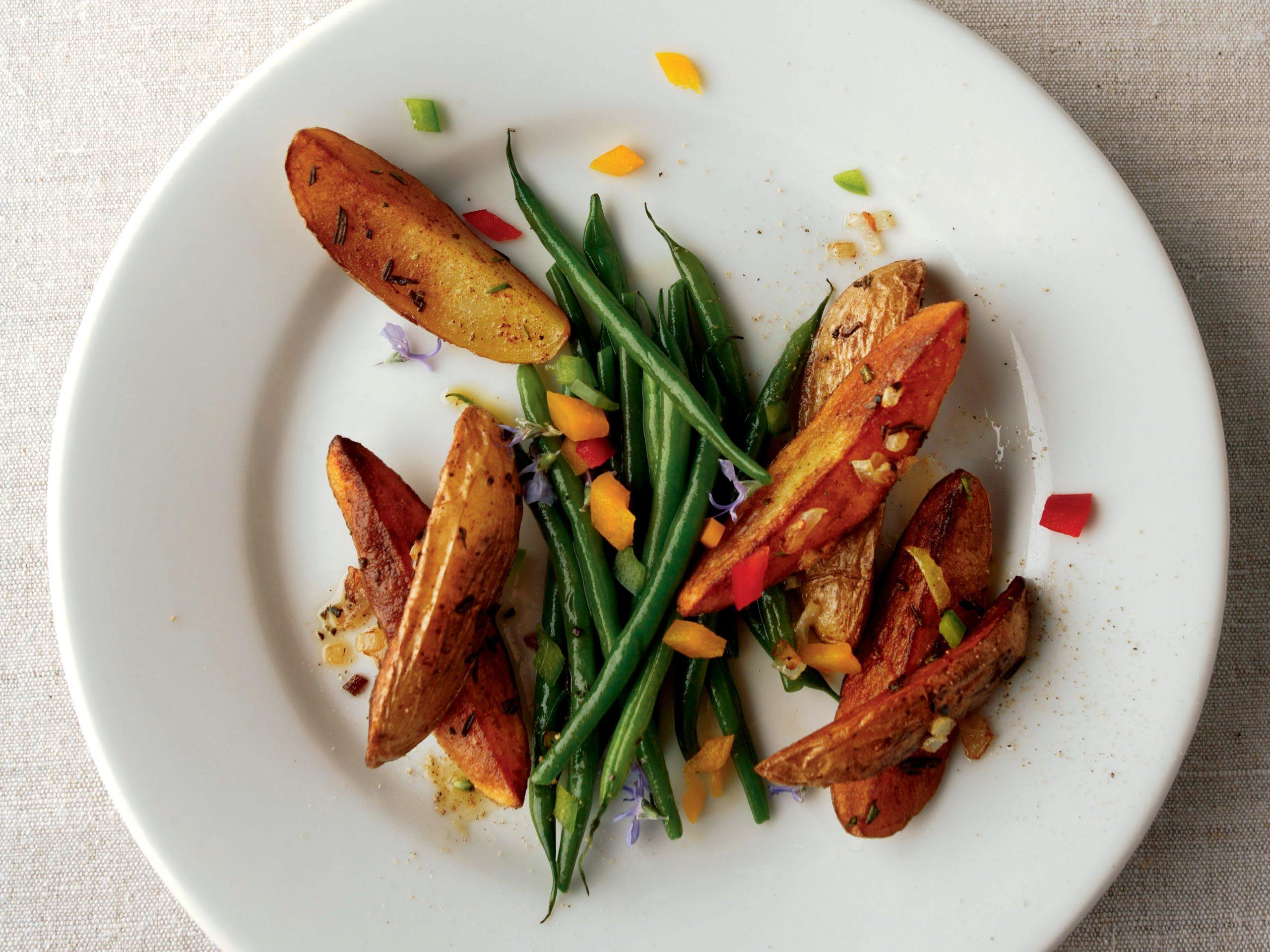 Paprika-Kartoffelwedges mit Bohnen und saurem Halbrahm