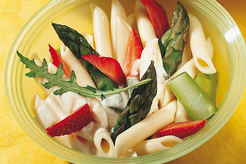 Salade de pâtes aux asperges, à la roquette et aux fraises