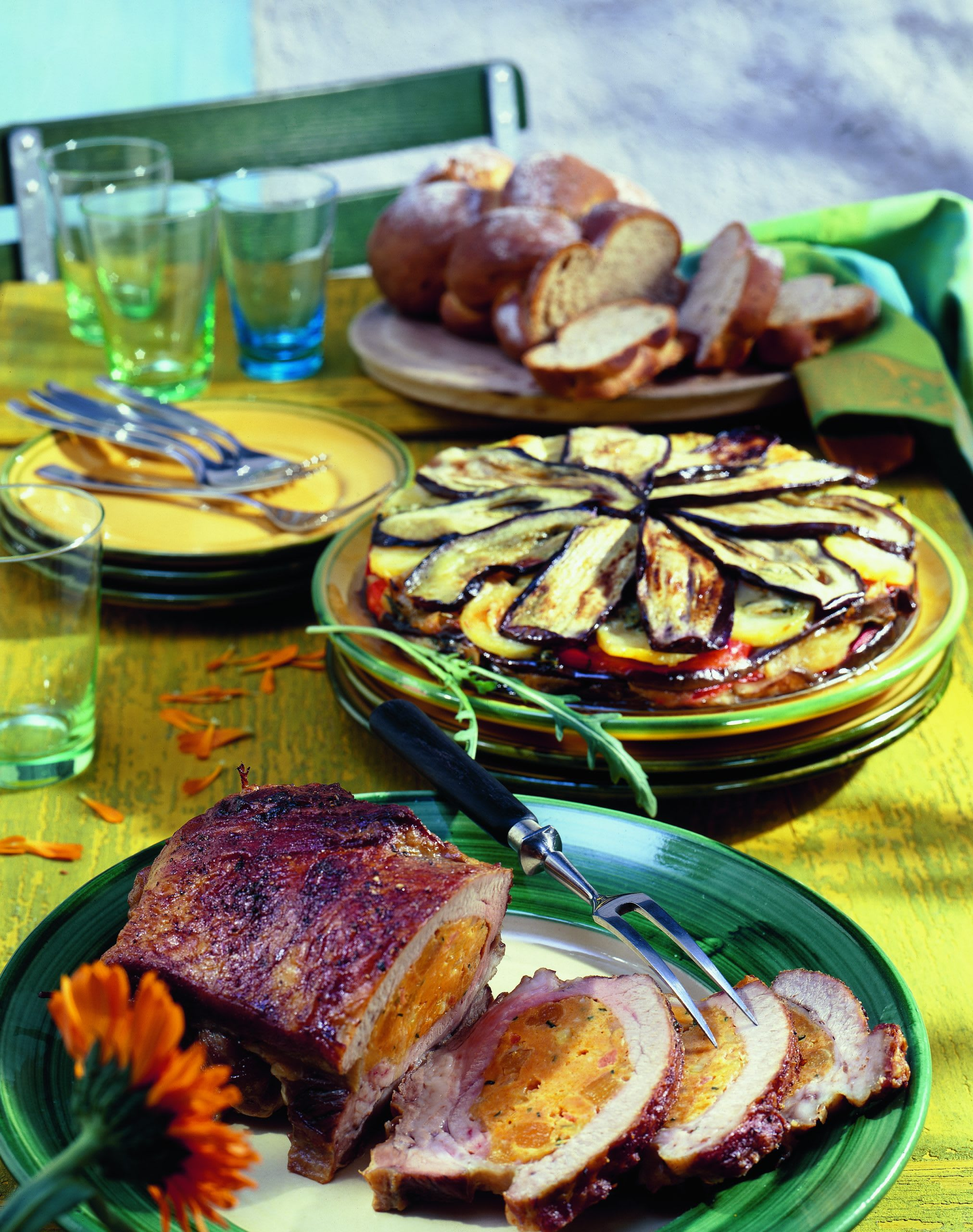 Peperoni-Auberginen-Kuchen mit Hobelkäse und Rucola