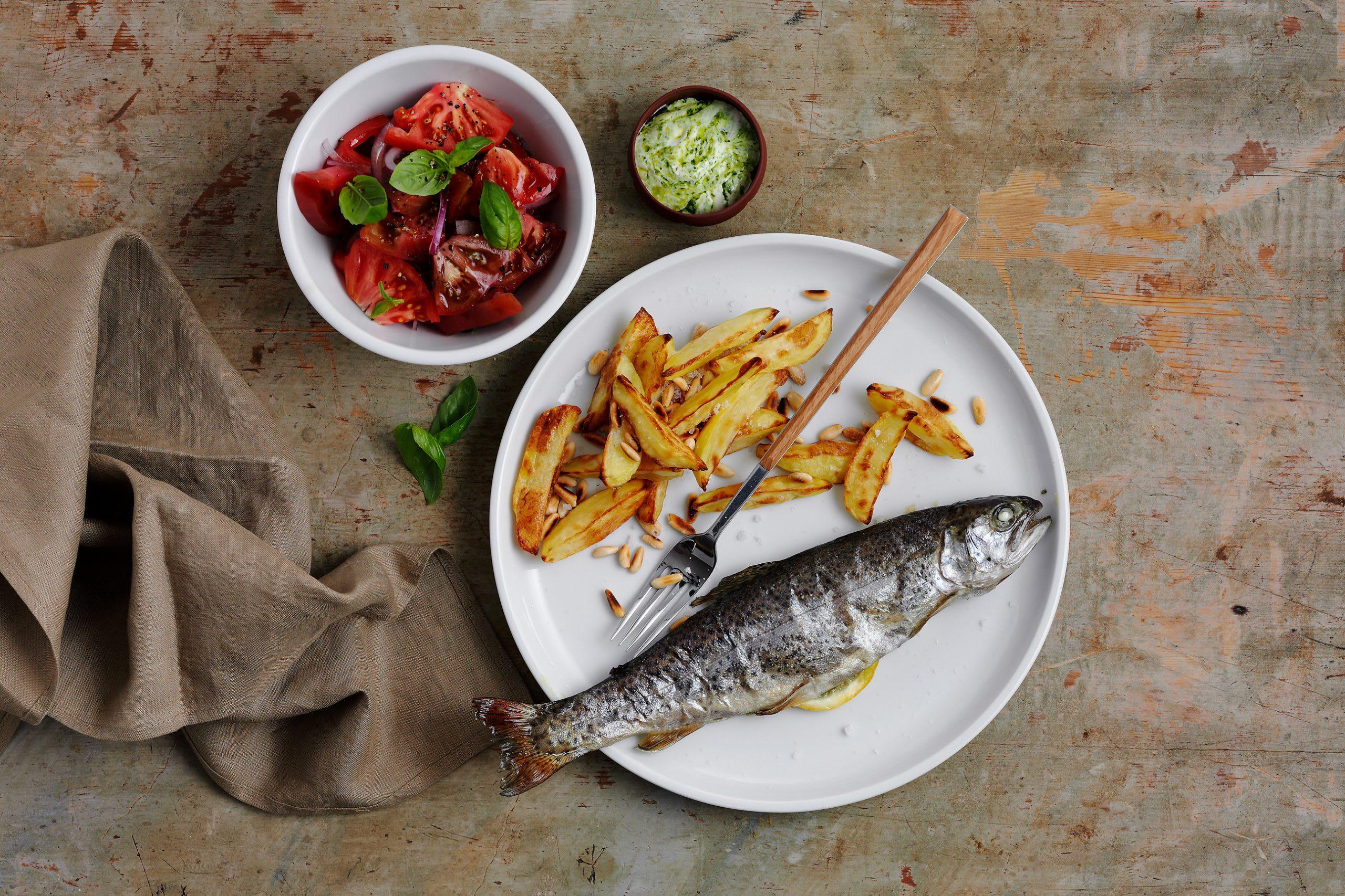 Truite au pesto, salade de tomates et frites au four (low carb)