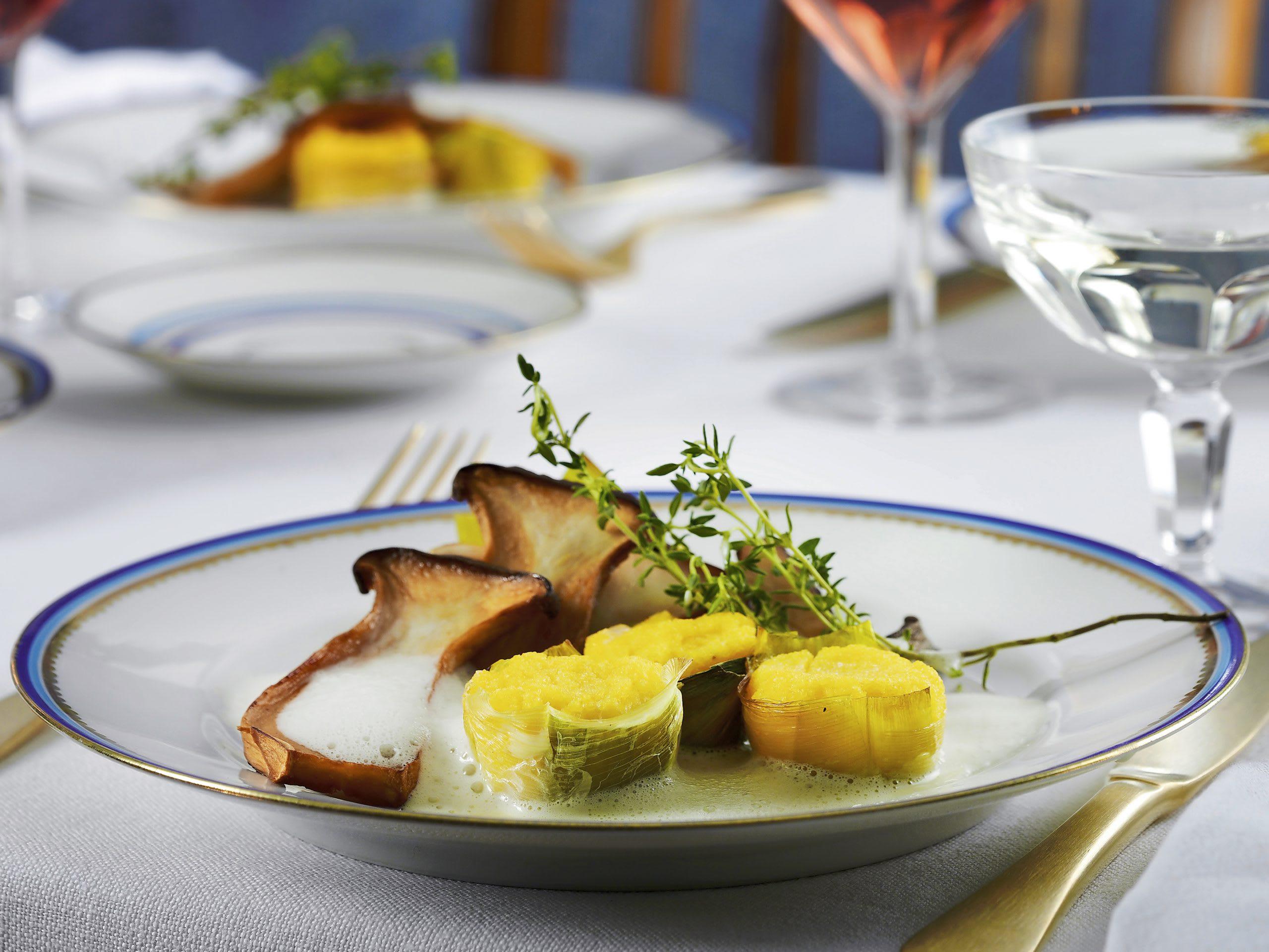 Champignons et gâteau de maïs sur mousse de champagne