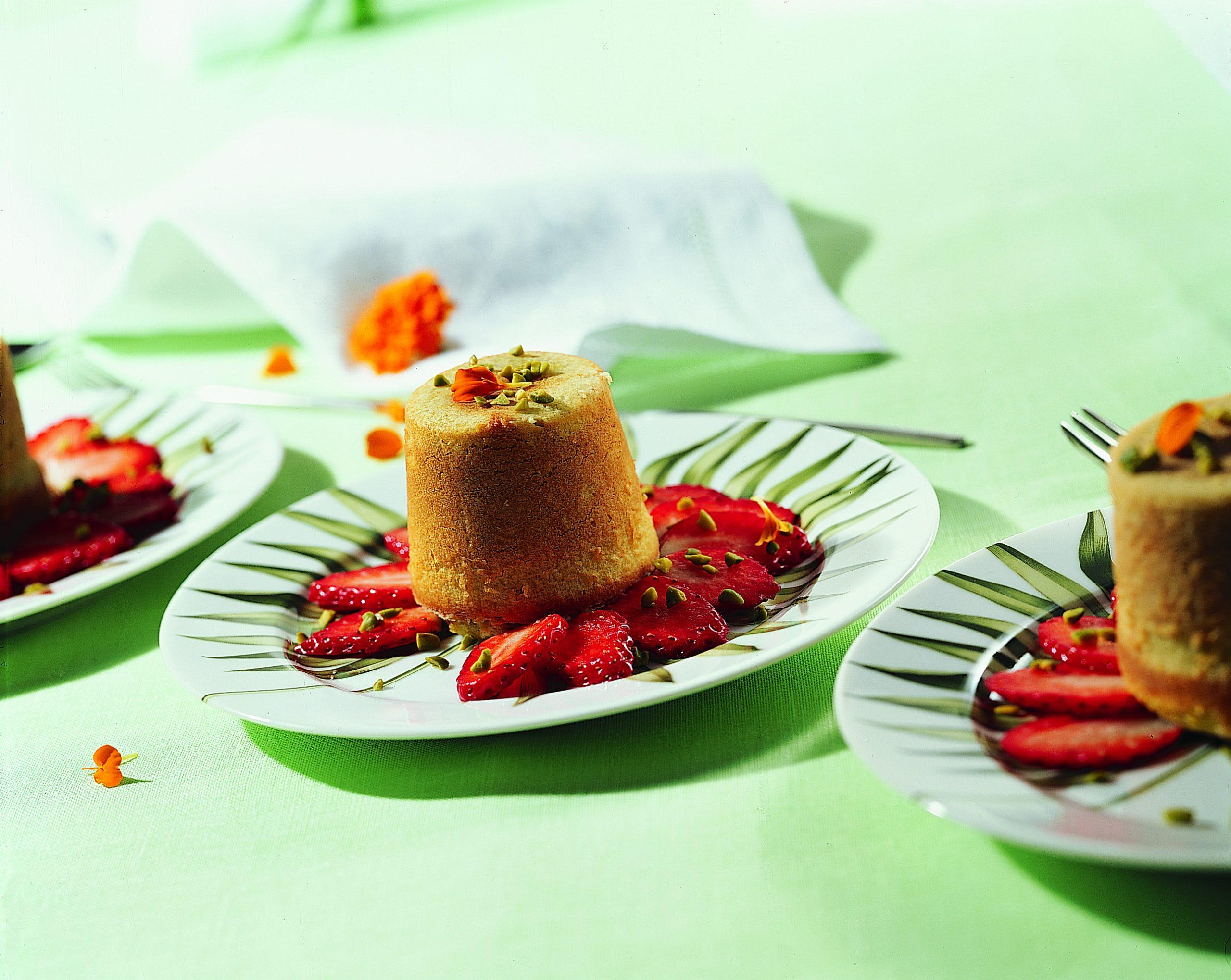 Timbales aux pistaches et leur carpaccio aux fraises