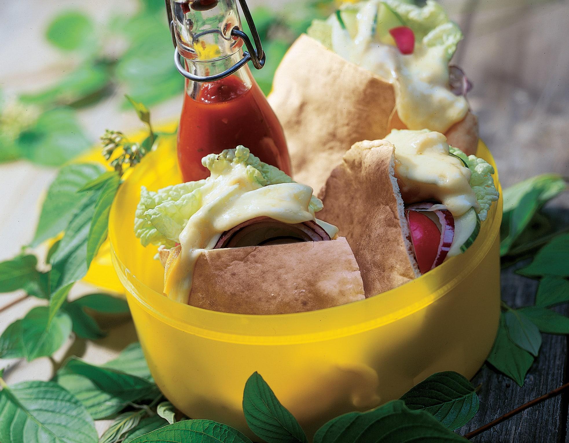Pitas aux légumes garnis de fromage à raclette