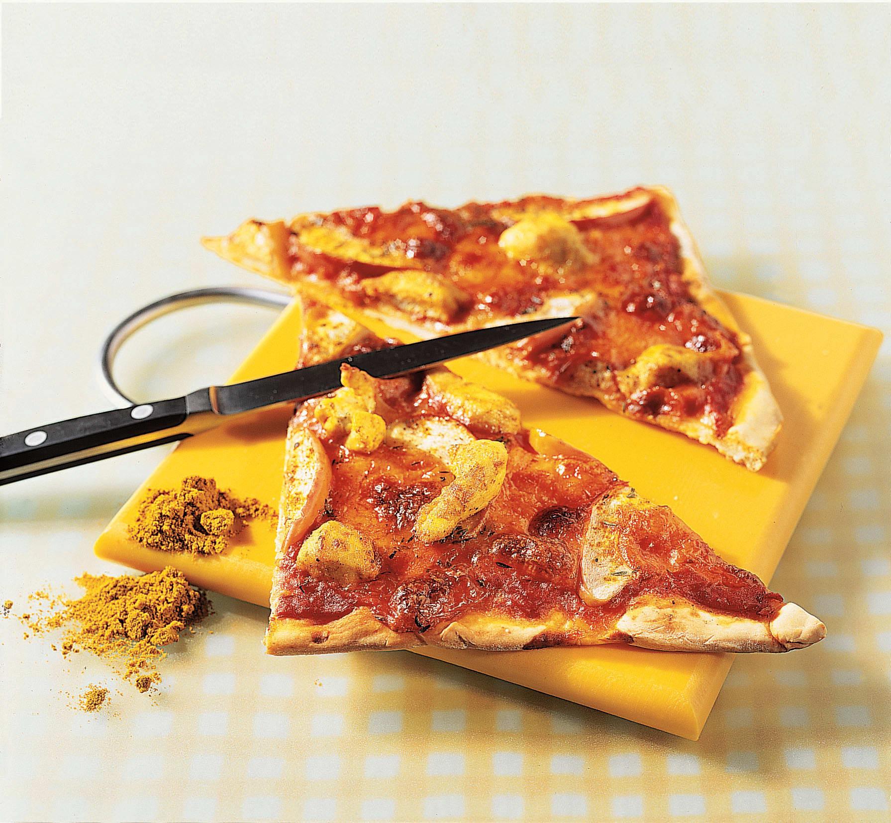Pizza mit Poulet, Curry und Apfel