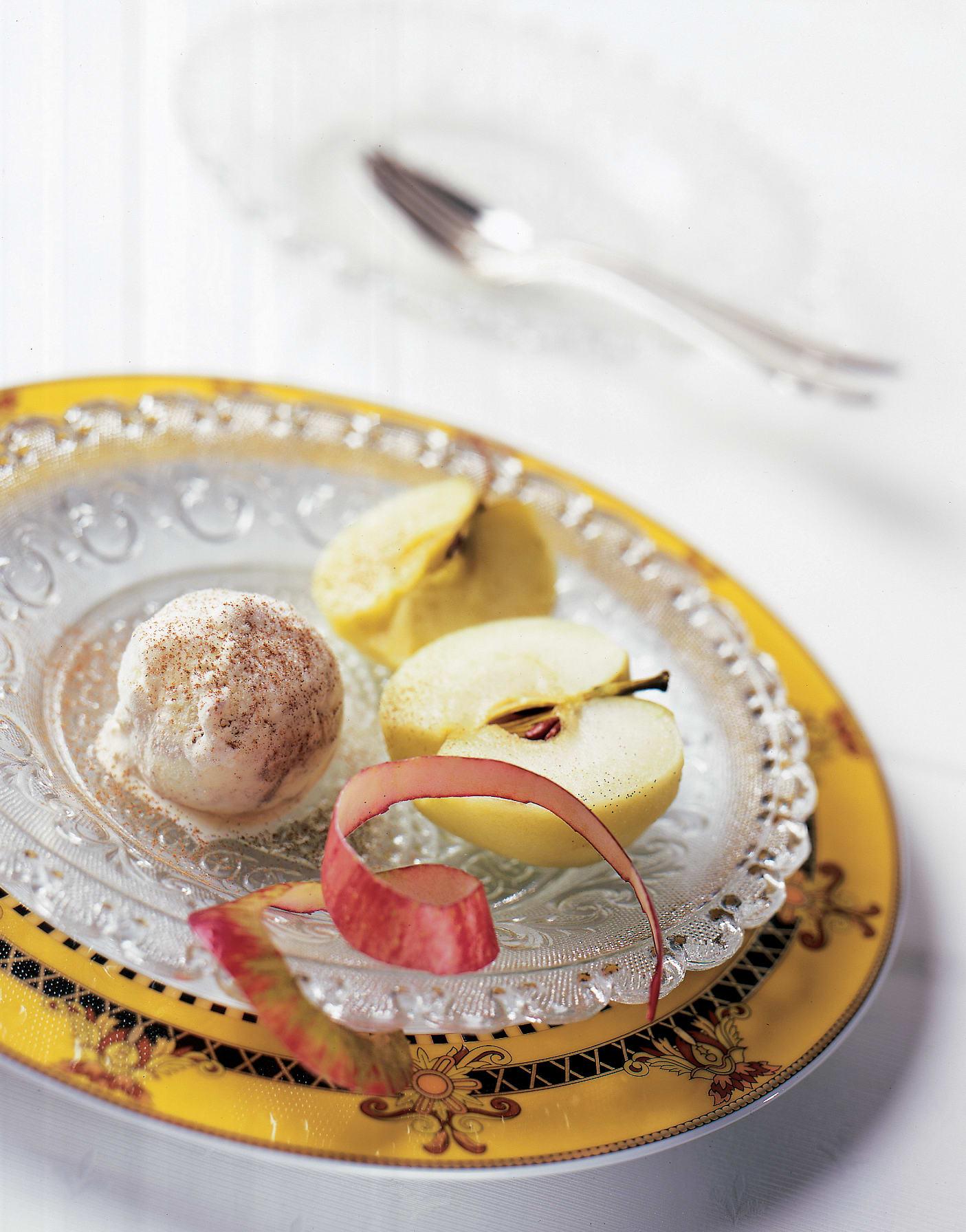 Pochierte Äpfel mit Ingwer und Zimtglace