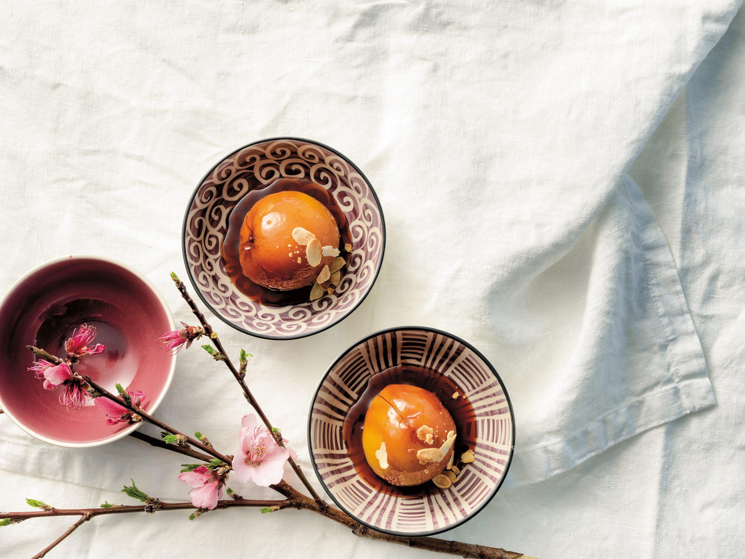 Pochierte Pfirsiche mit Mandel-Crème fraîche