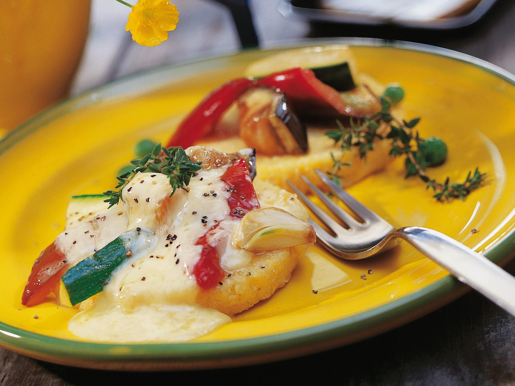 Galettes de polenta et ratatouille garnies d'une savoureuse raclette