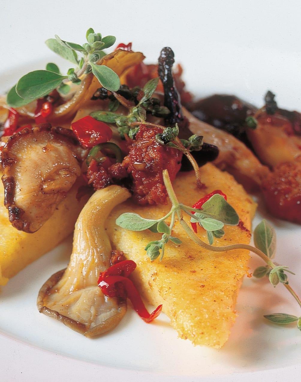 Polenta-Schnitten mit pikantem Pilz-Ragout