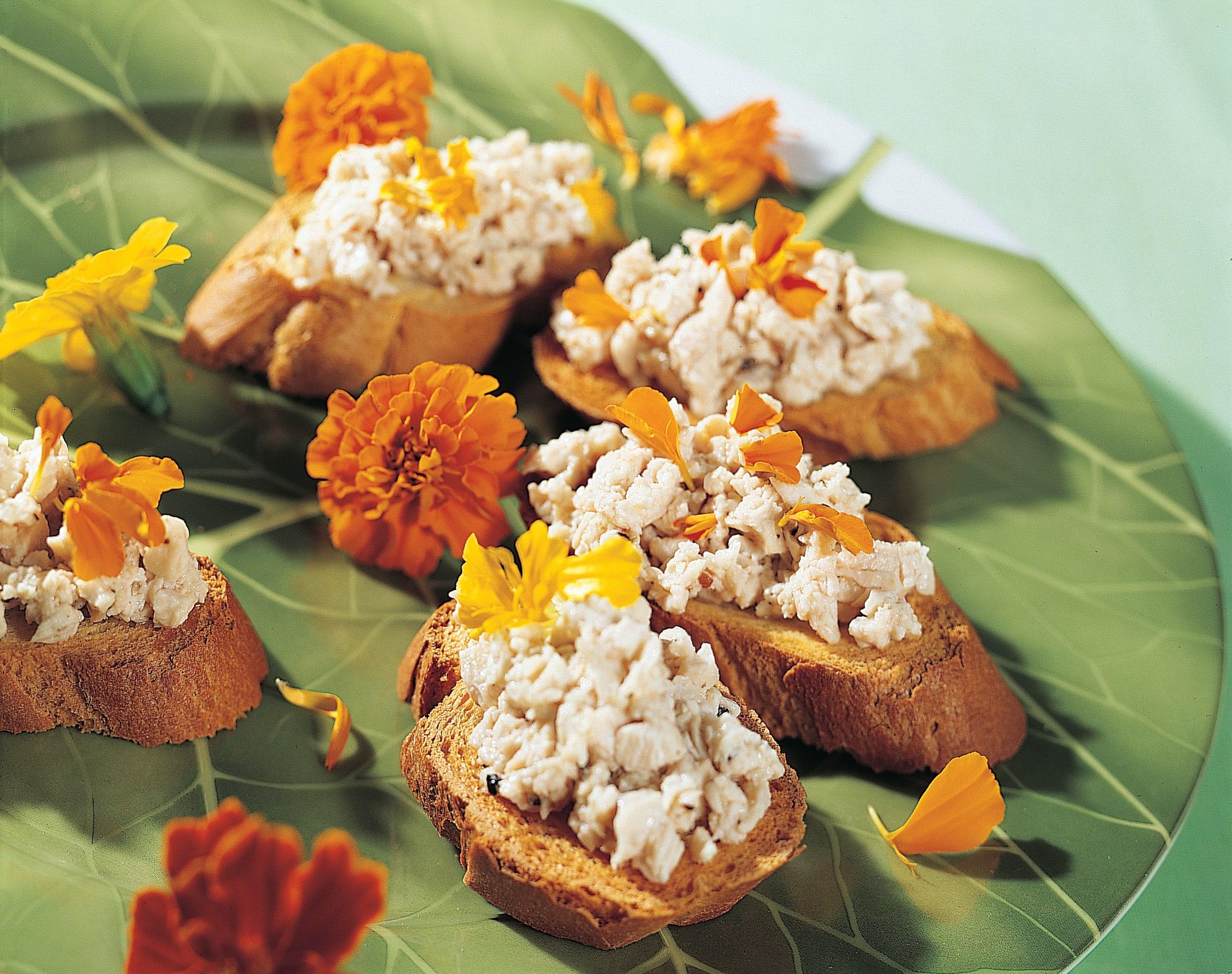 Crostini au poulet  vinaigrette aux fleurs de sureau