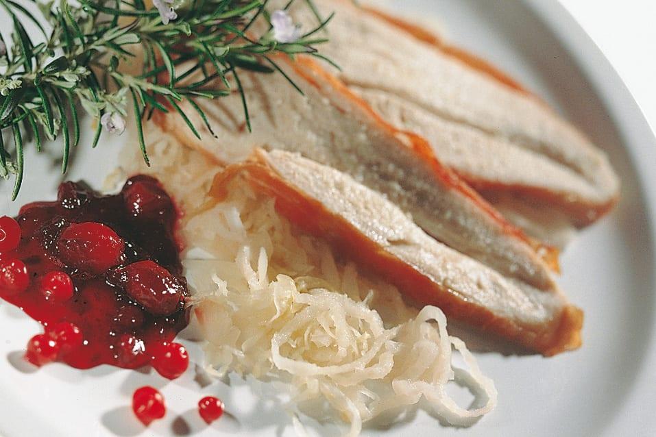 Pouletbrüstchen auf Sauerkraut-Sauerrüben mit Preiselbeerkompott