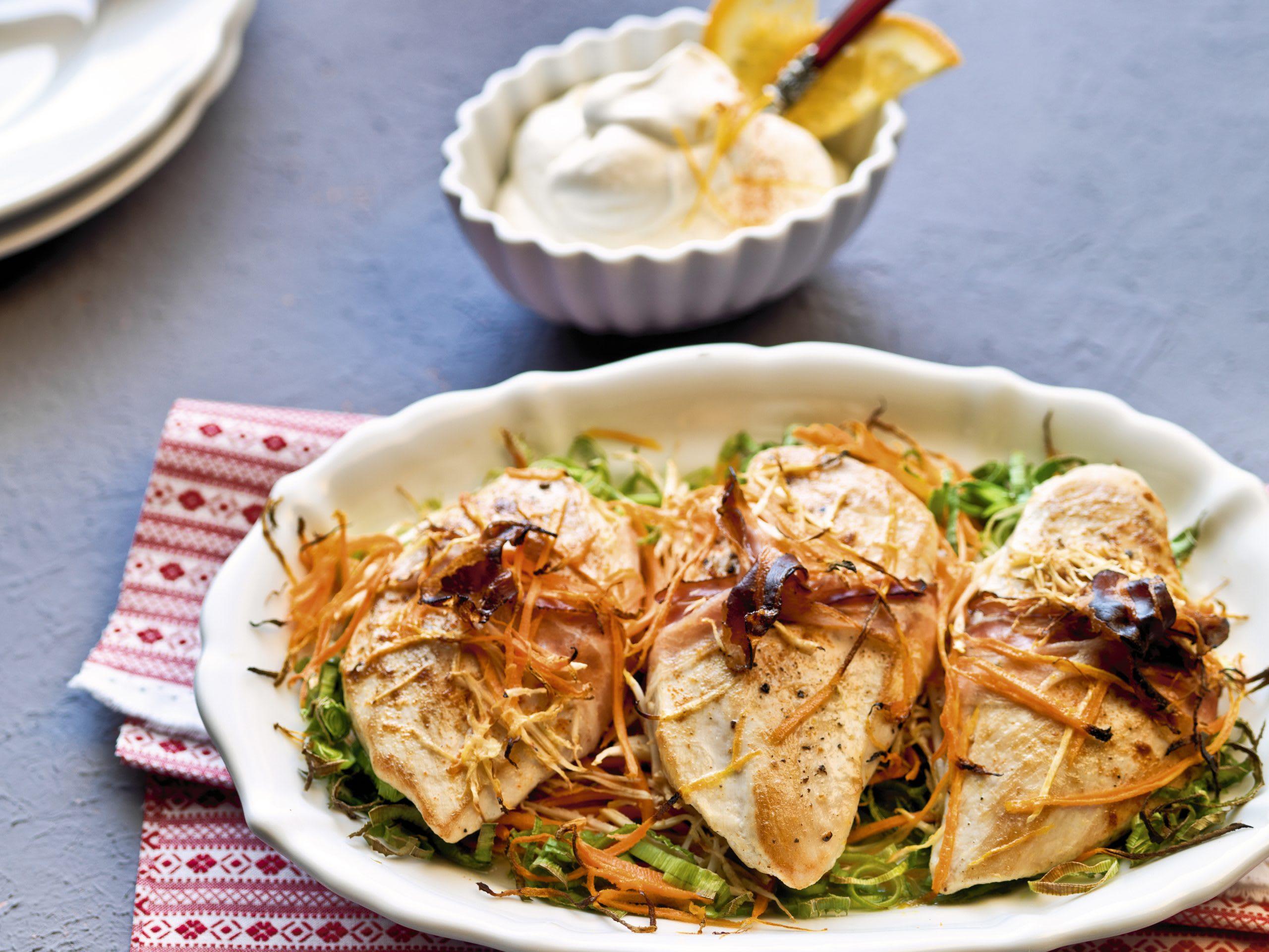Blancs de poulet au four, lard et légumes