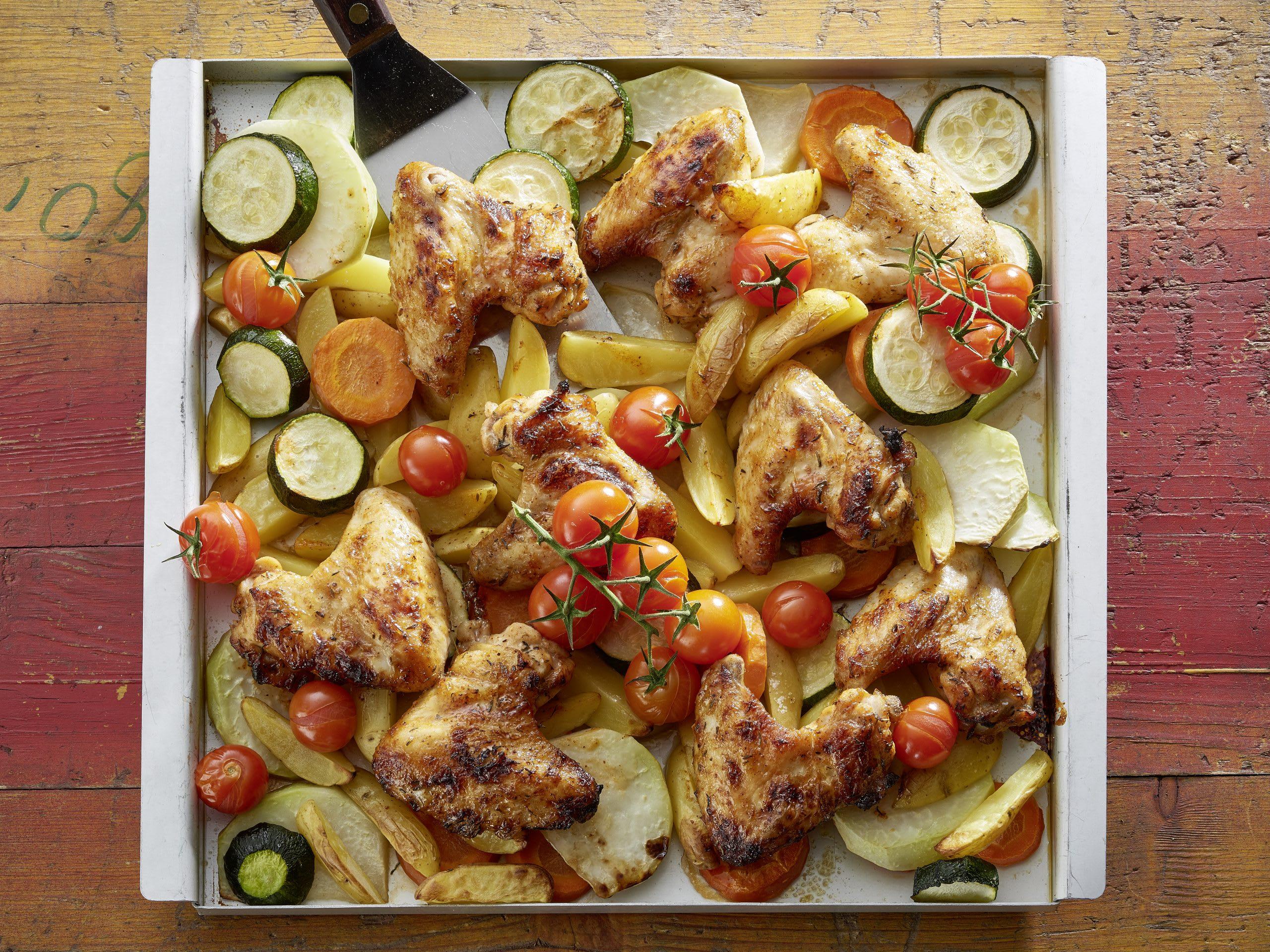 Pouletflügeli aus dem Ofen mit Kartoffeln und Gemüse