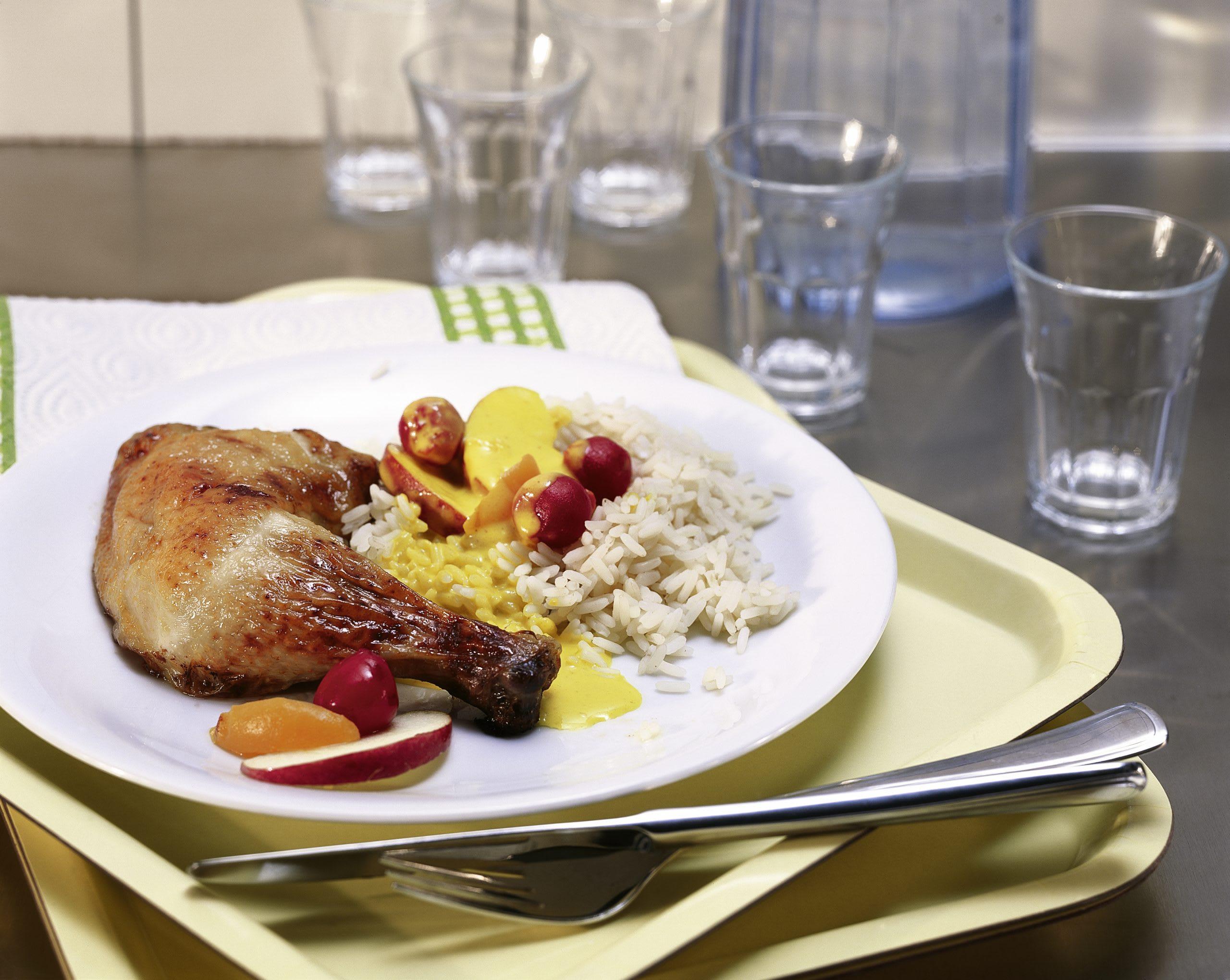 Pouletschenkel mit Früchtecurry und Reis