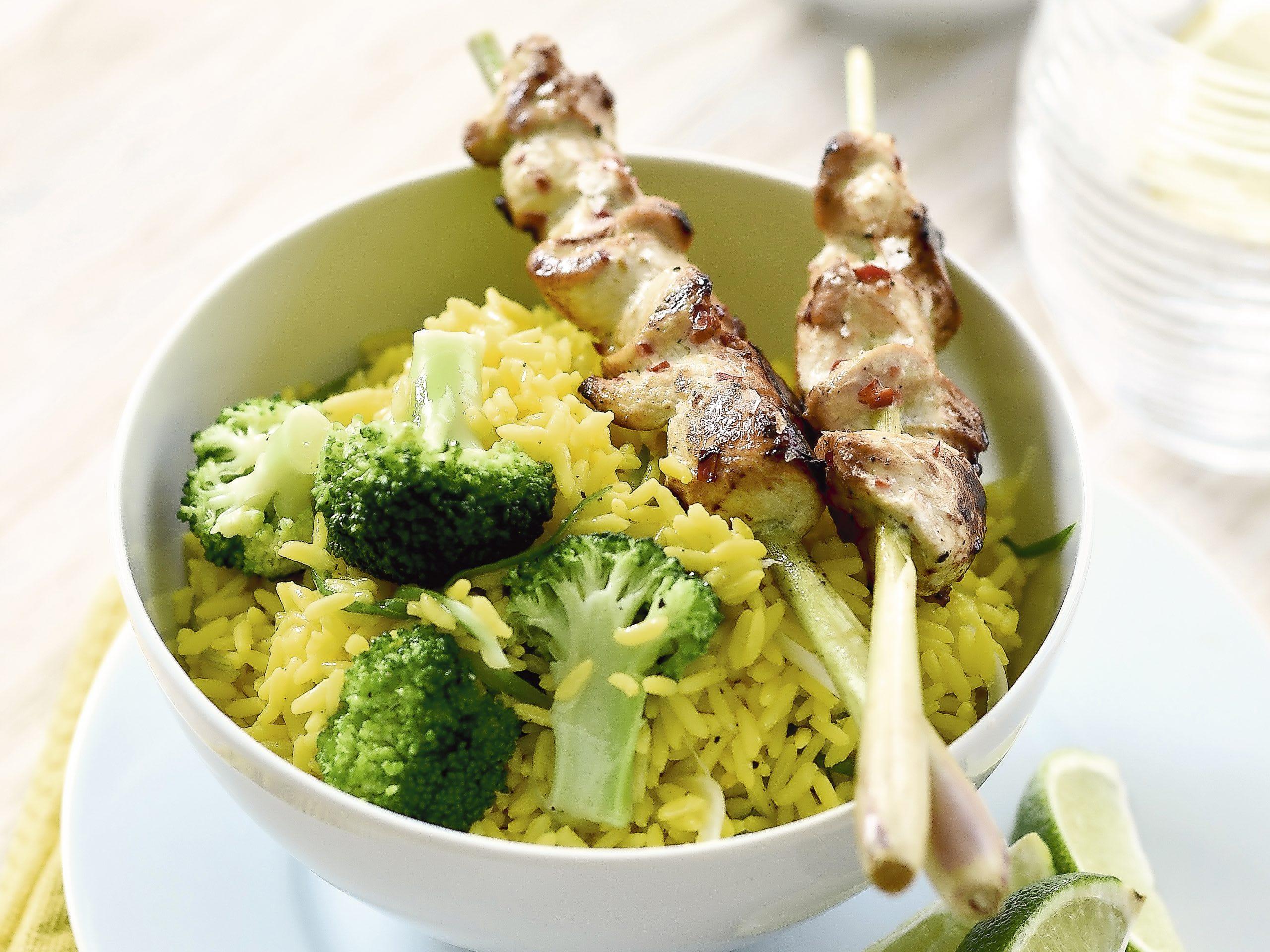 Brochettes de poulet et salade de riz