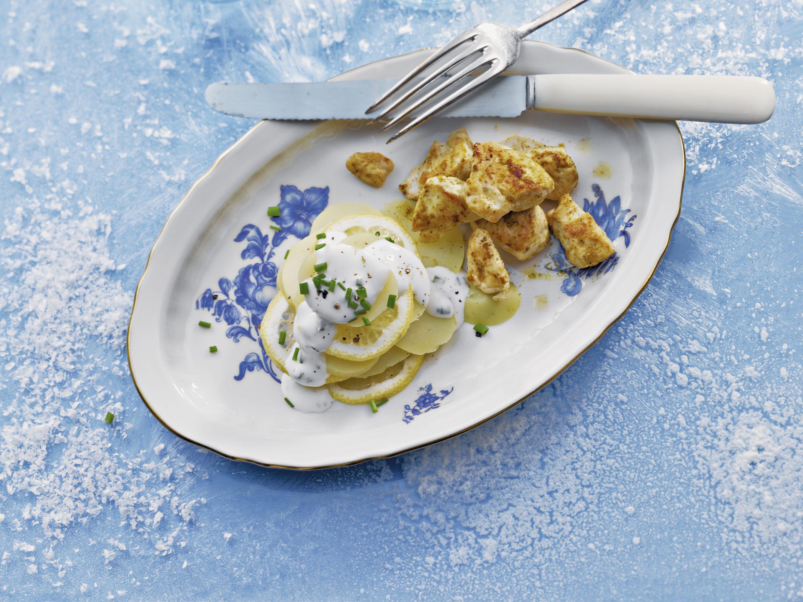 Dés de poulet au curry et salade de pommes de terre chaude