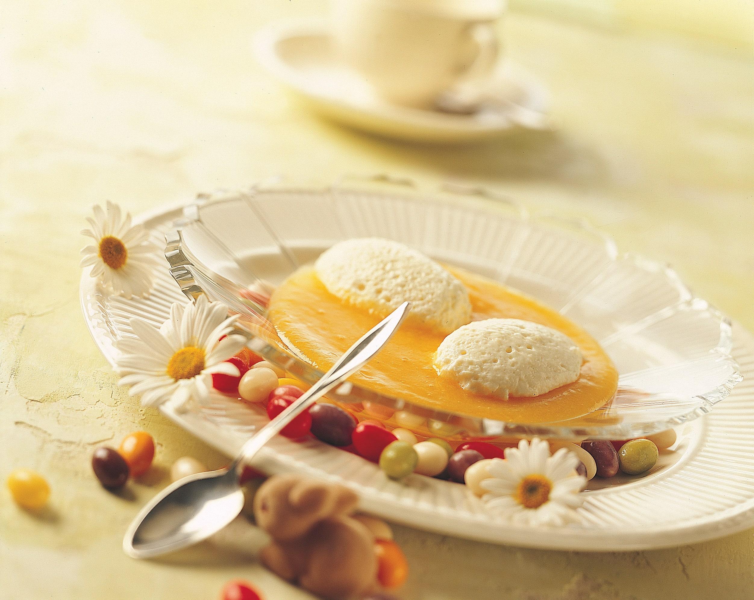 Quarkmousse-Eier auf Dörraprikosen-Sauce