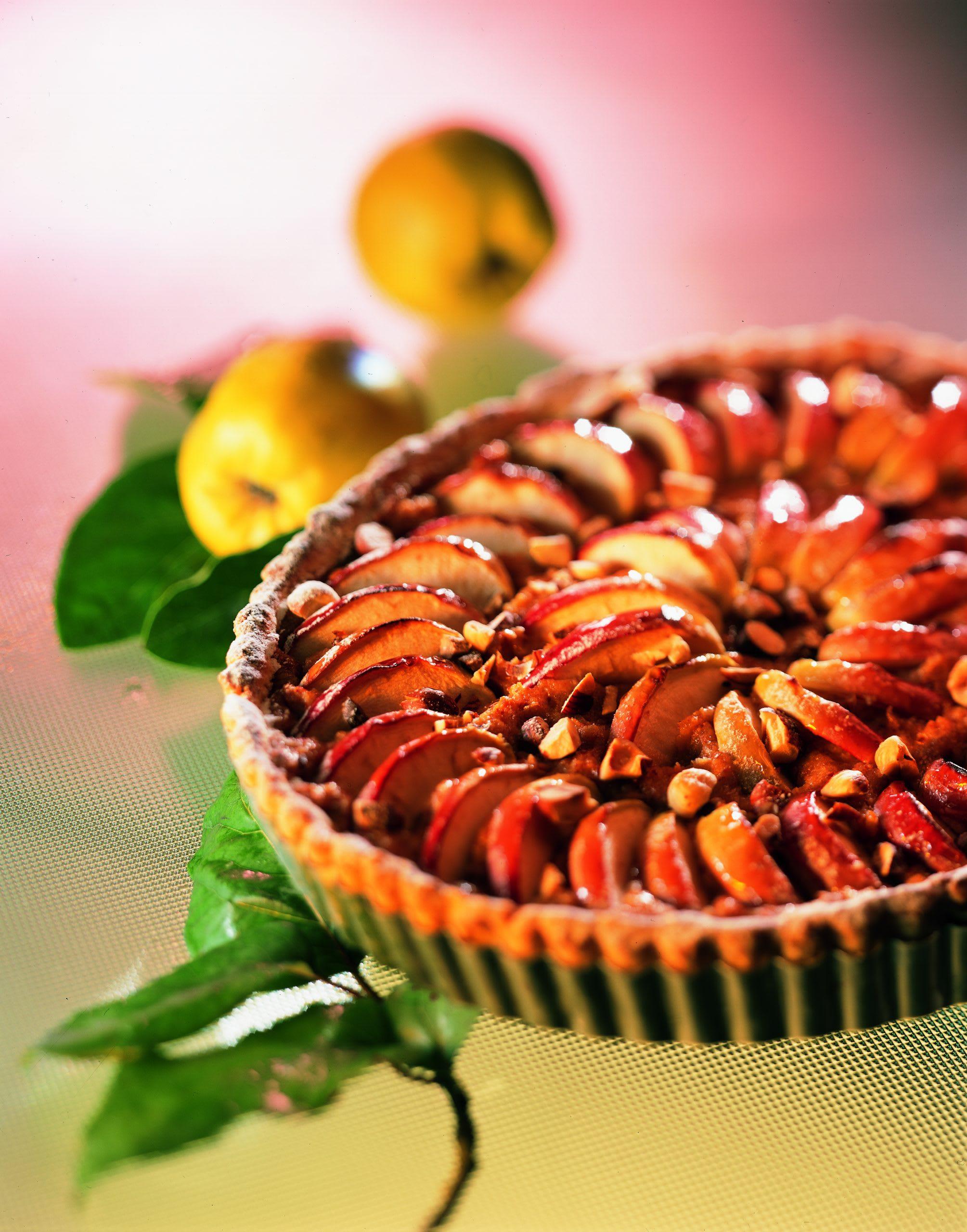 Quitten-Tarte mit Äpfeln und Haselnüssen