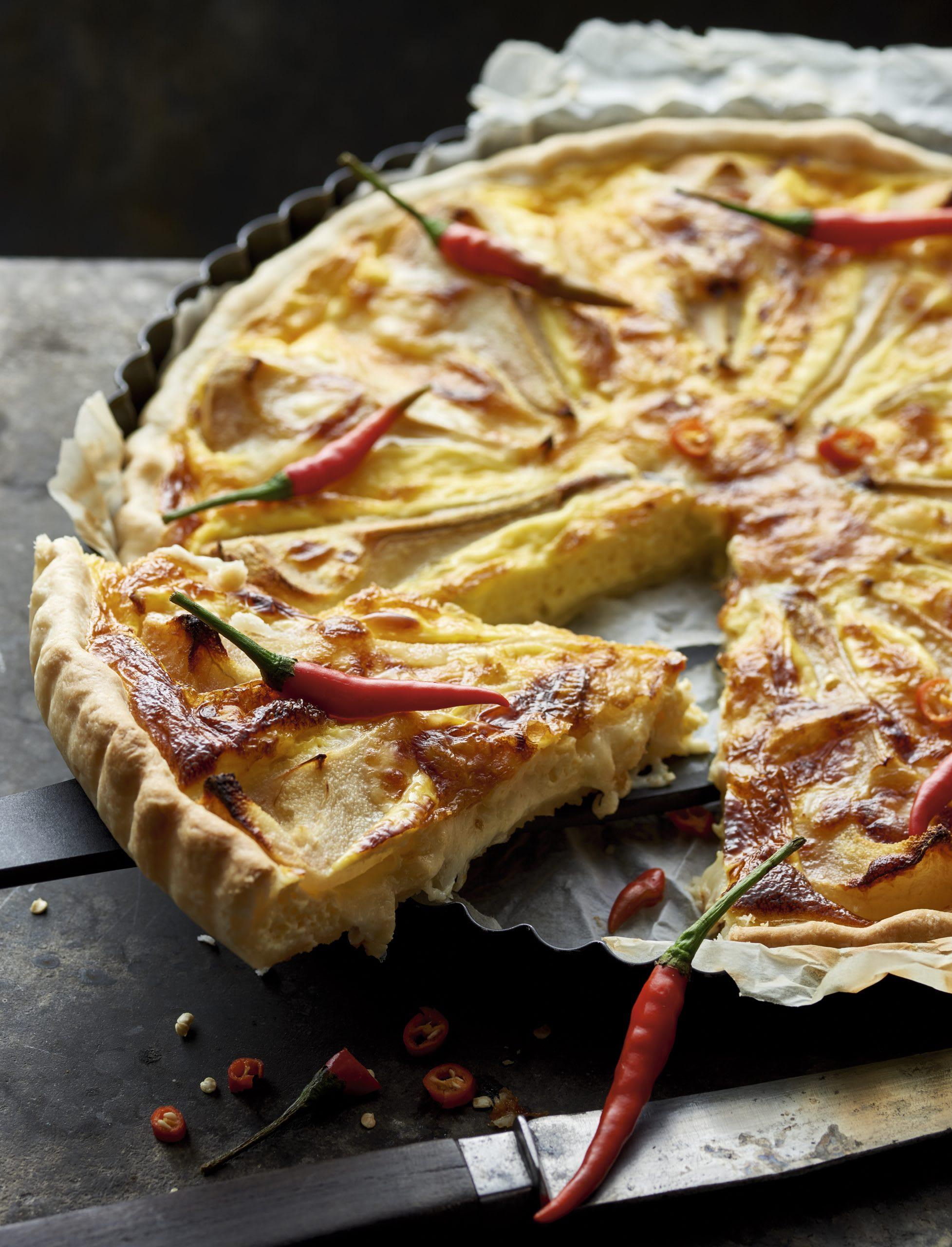 Raclette-Birnenwähe mit Chilis