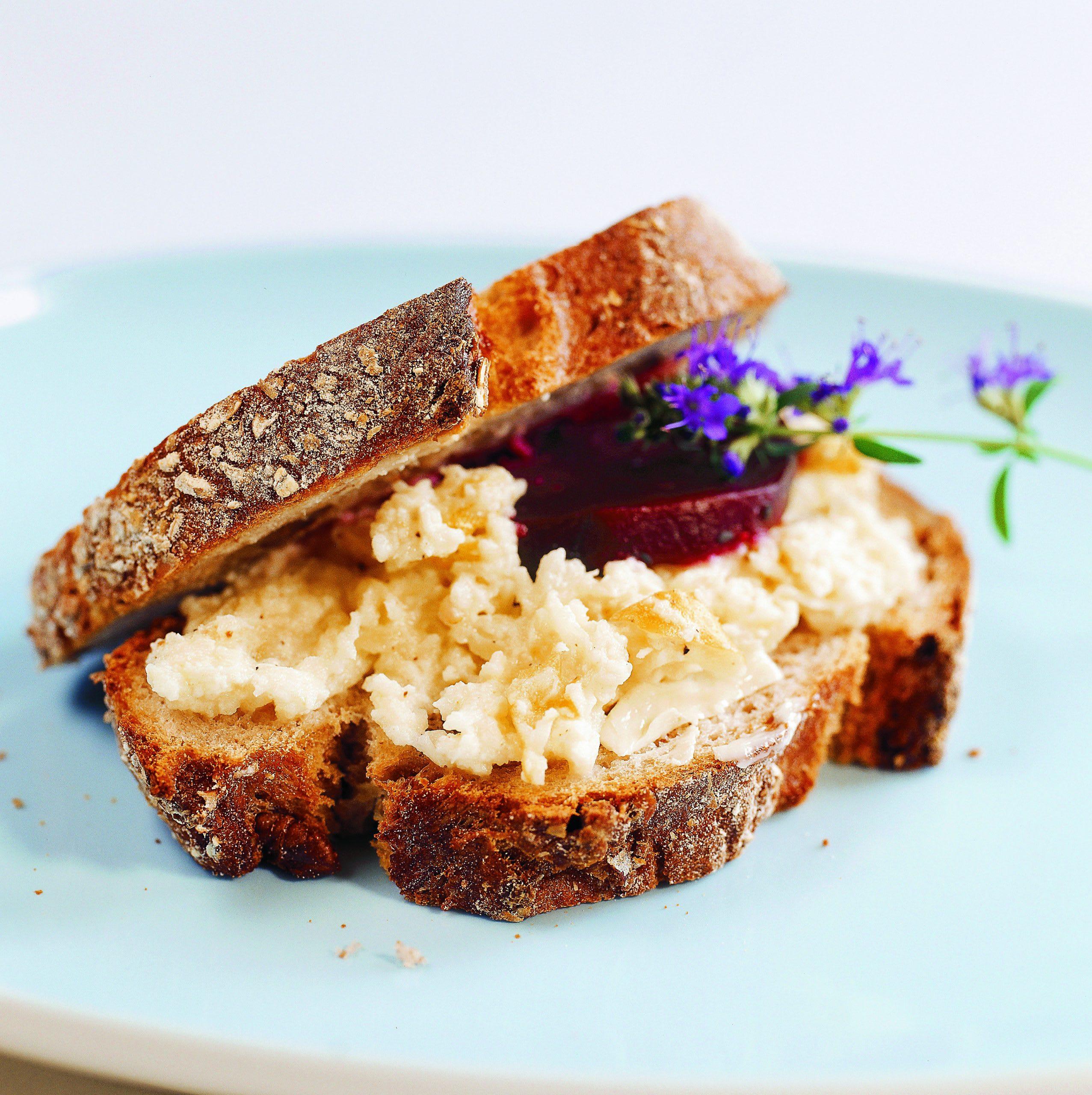Sandwich au fromage et à la betterave rouge