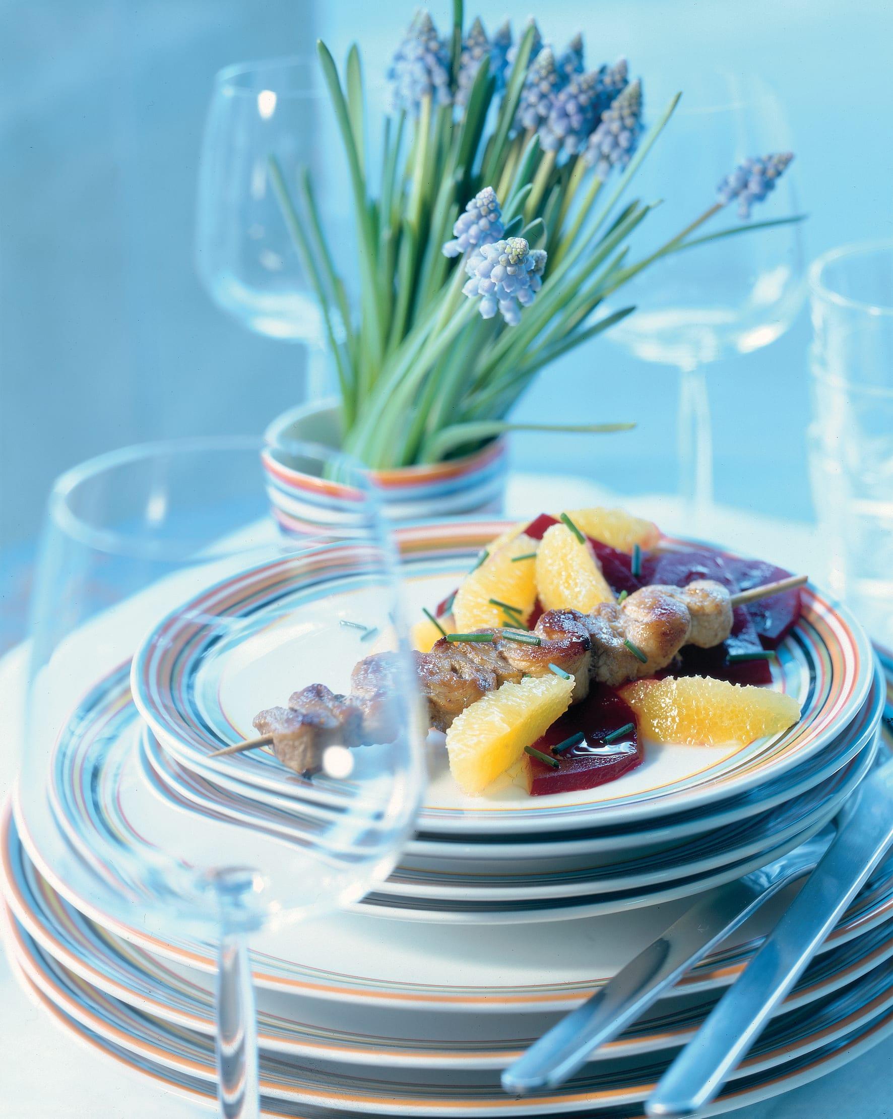 Salade d'oranges et de betteraves avec brochettes de veau