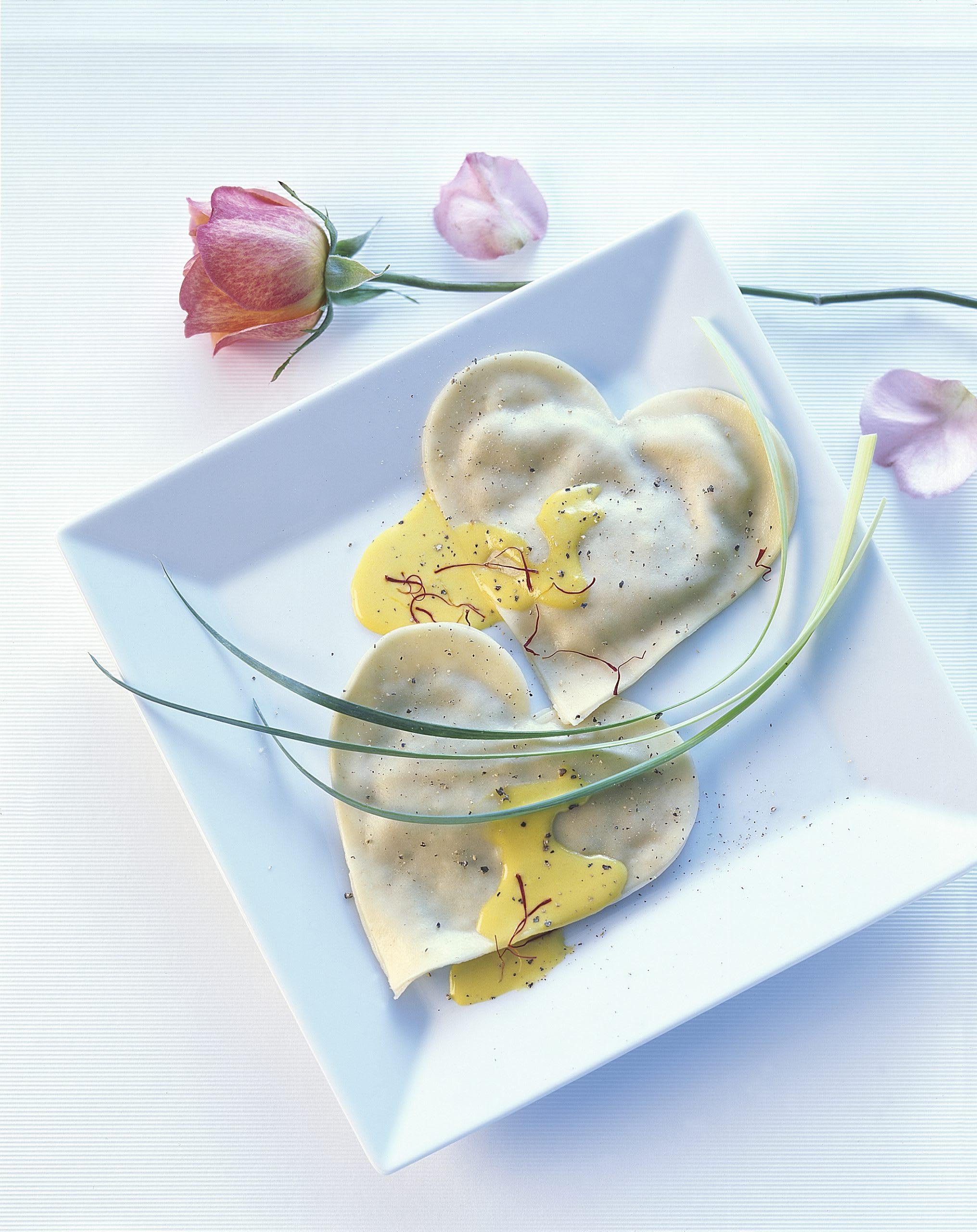 Ravioli mit Lauch-Baumnuss-Füllung an Safransauce