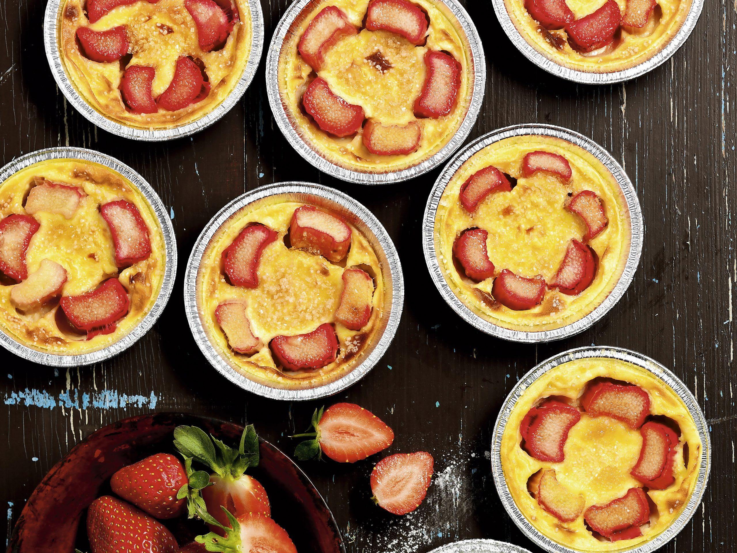 Clafoutis à la rhubarbe et fraises au barbecue