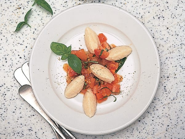 Ricotta-Gnocchi mit roher Tomatensauce