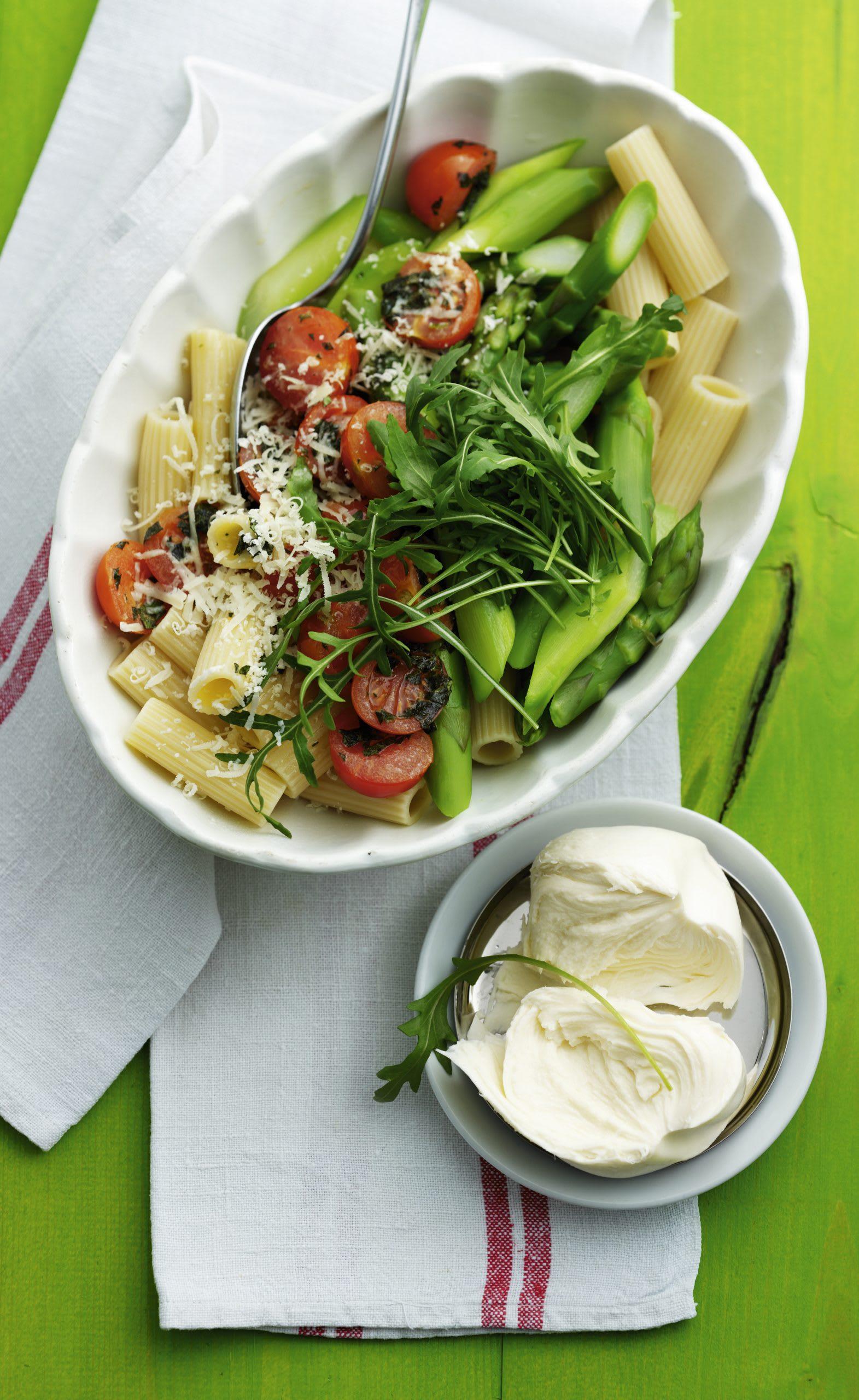 Rigatoni aux asperges, aux tomates et à la mozzarella