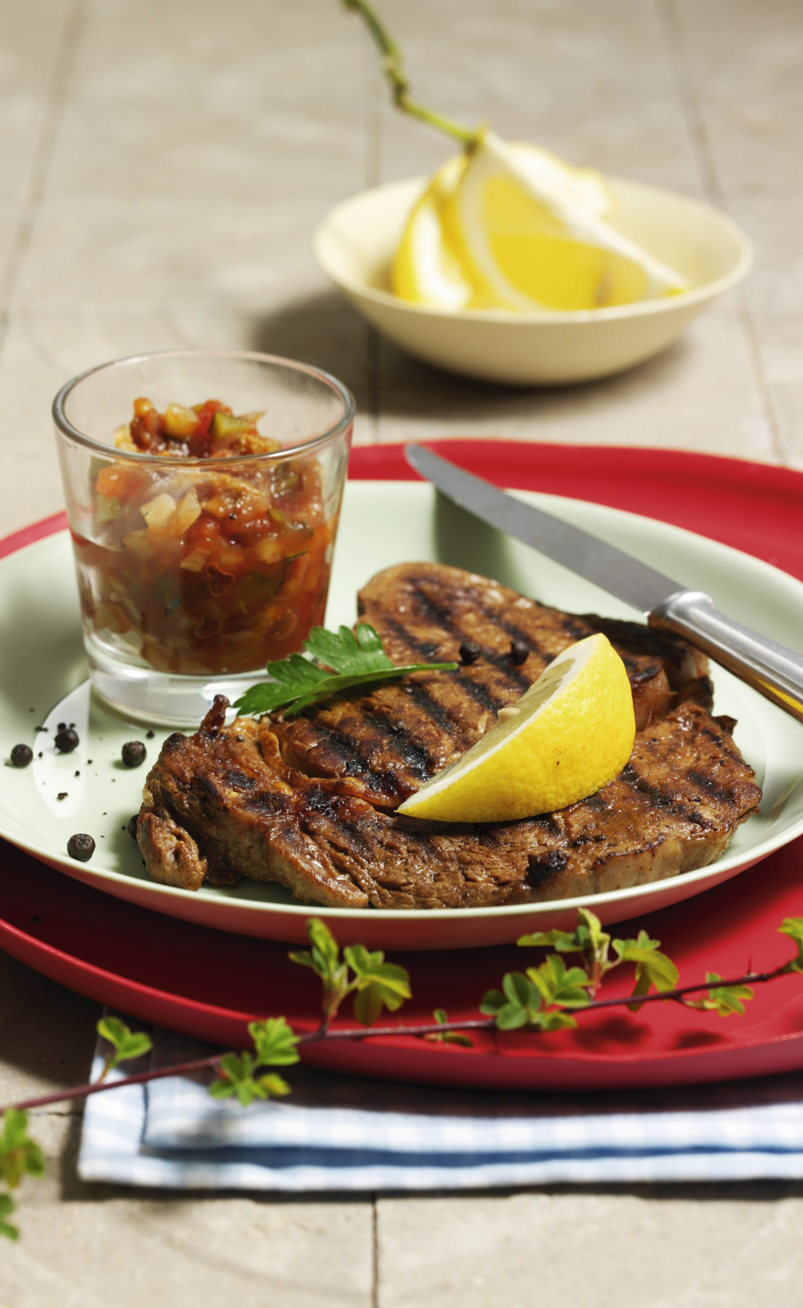Steaks pour le barbecue et sauce aux légumes