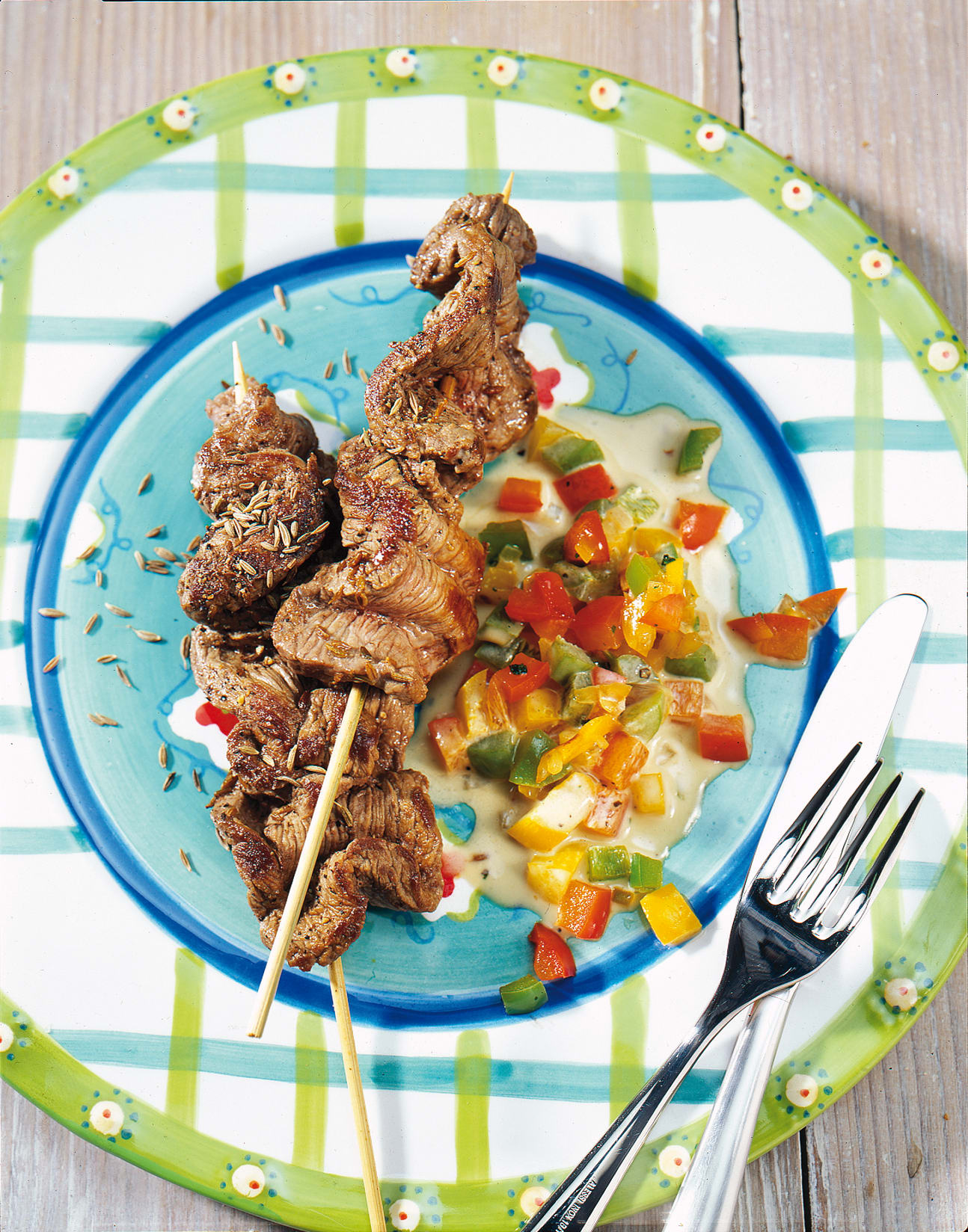Brochettes de boeuf sauce aux poivrons et aux oignons